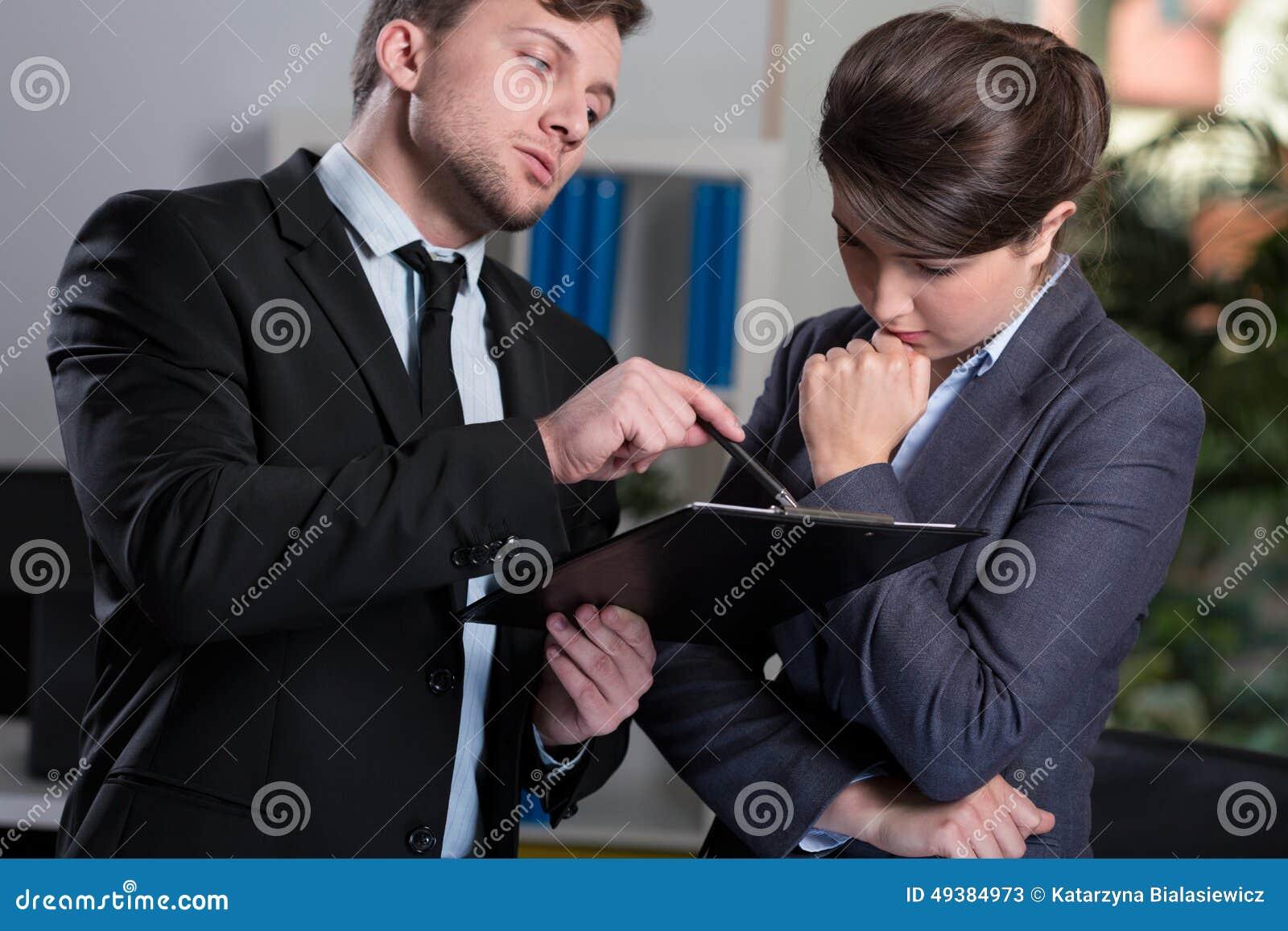 Surowy szef opowiada z sekretarką