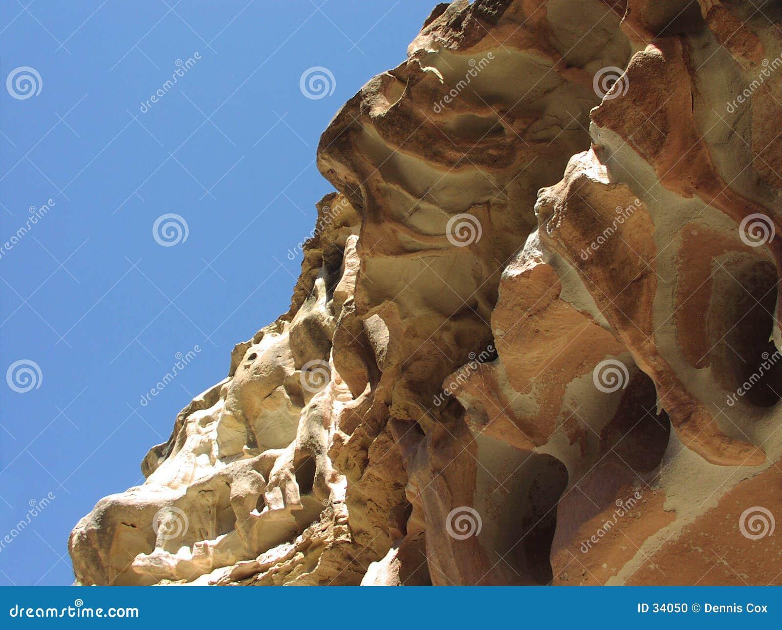 Surplomb rouge de roche