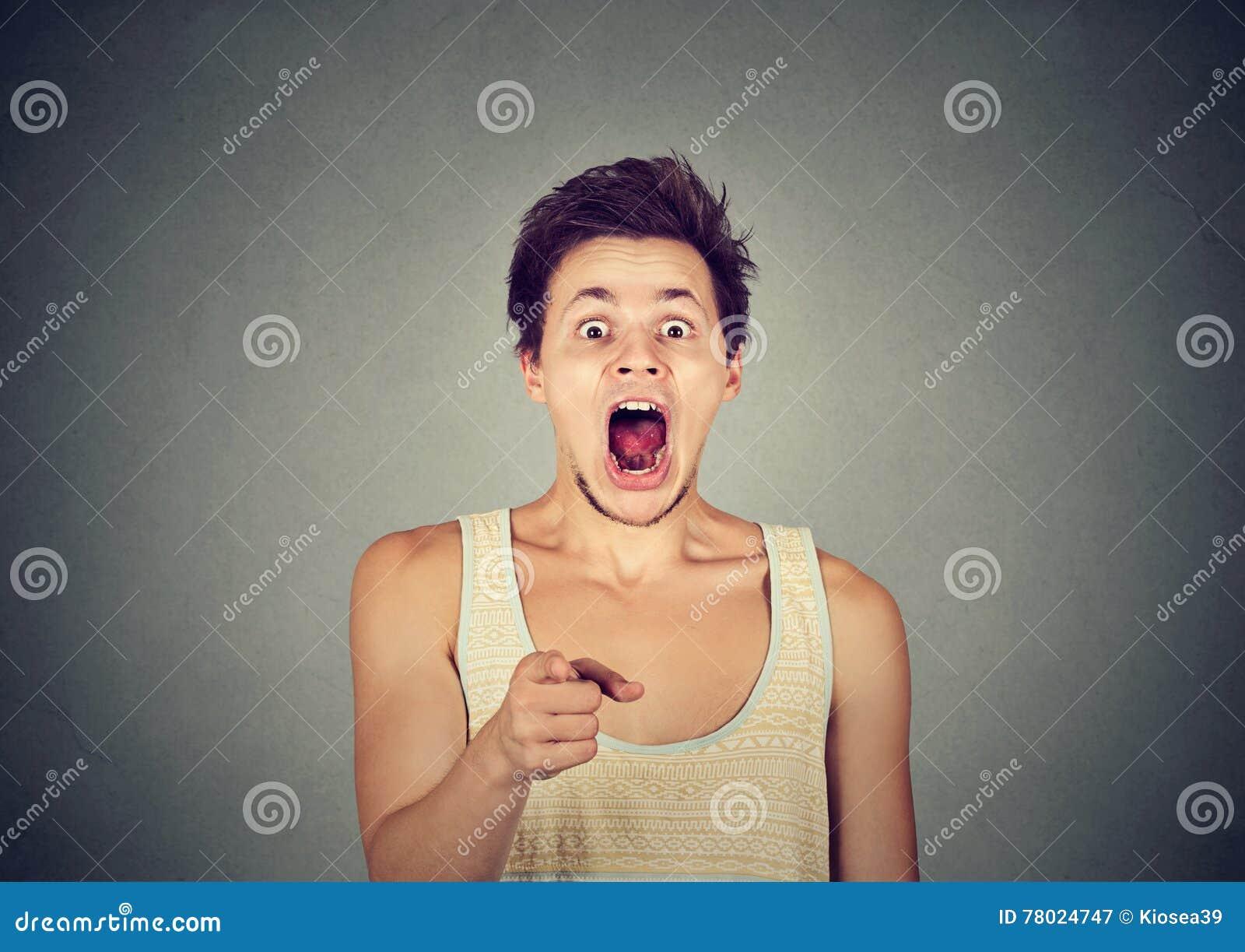 Surprised chocó al hombre que señalaba el finger en la cámara
