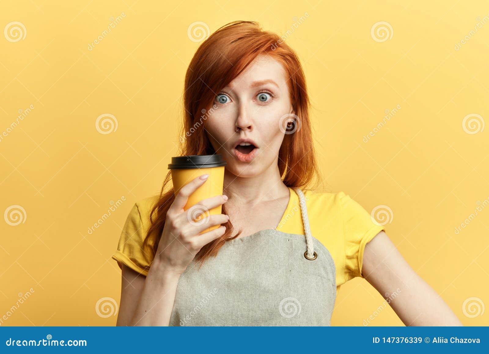 Surprised confundiu a menina emocional com a boca aberta larga