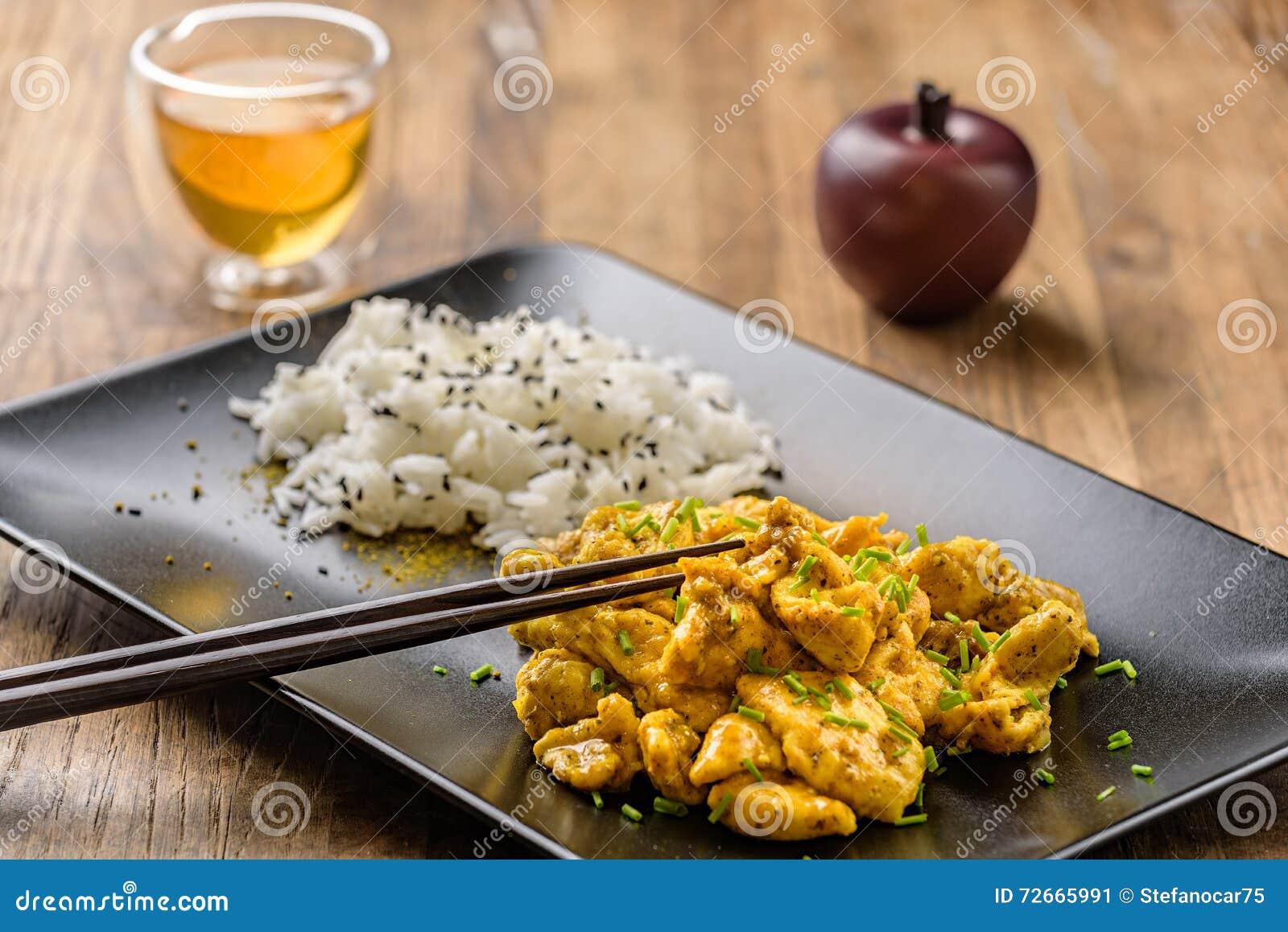Surre a galinha e o arroz oriental em um prato