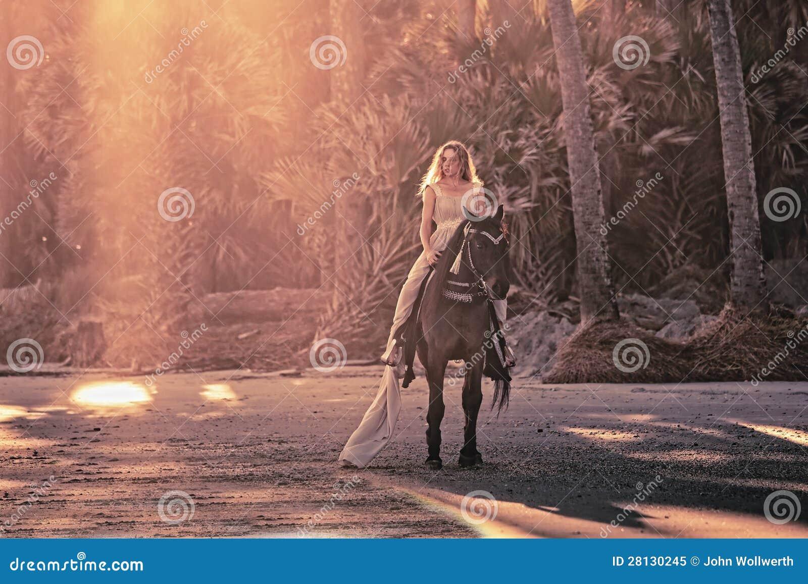 Surreal droomsc?ne van vrouw op paard