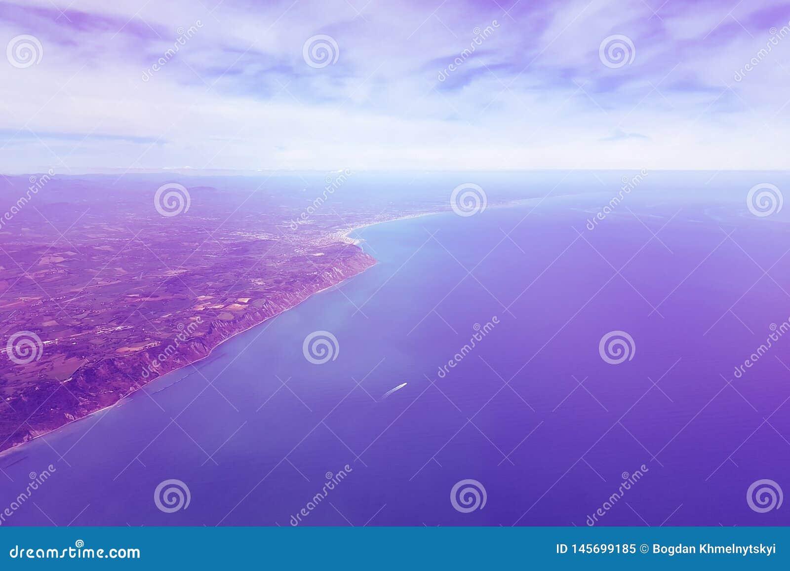 Surreale purpurrote Landschaft auf dem Meer und dem Ufer, Ansicht von der Fläche