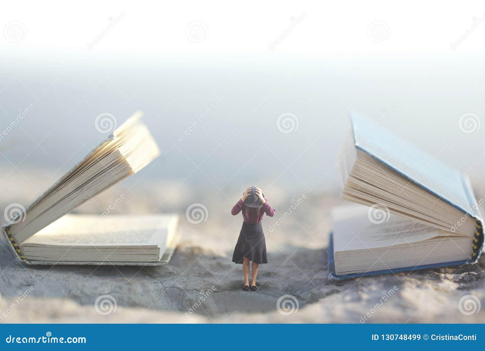 Surrealer Moment, wo eine kleine Frau ihre Ohren damit, nicht auf zwei riesige Unterhaltungsbücher zu hören stoppt