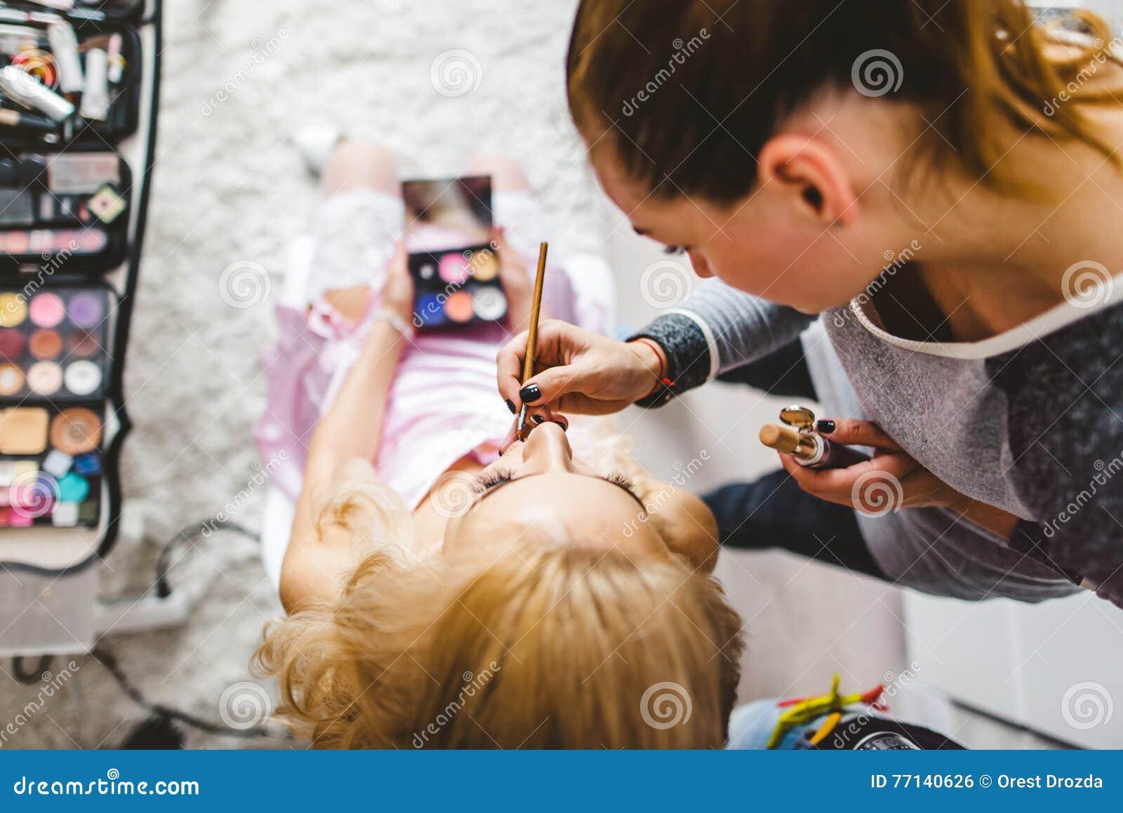 Surrealistisches Porträt Junger Dame, Die Make-up Mit Spiegel Machen ...