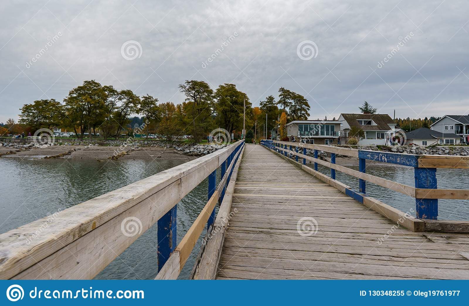 SURREY, CANADÁ - 27 de octubre de 2018: Área del parque de Crescent Beach Pier Blackie Spit en la bahía del límite