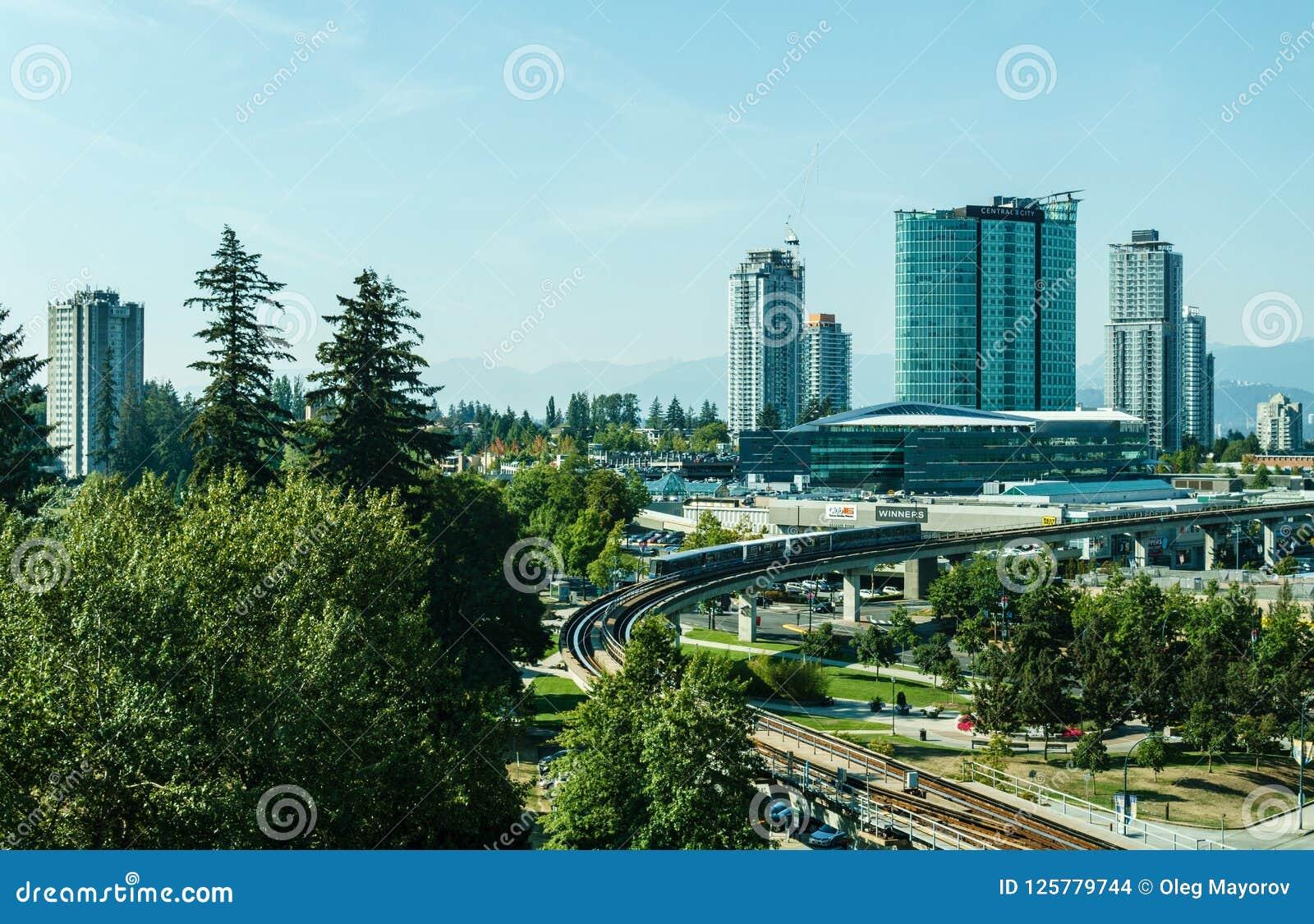 Surrey, Canadá 5 de septiembre de 2018: Edificios modernos y área de Vancouver del centro de ciudad de la infraestructura mayor