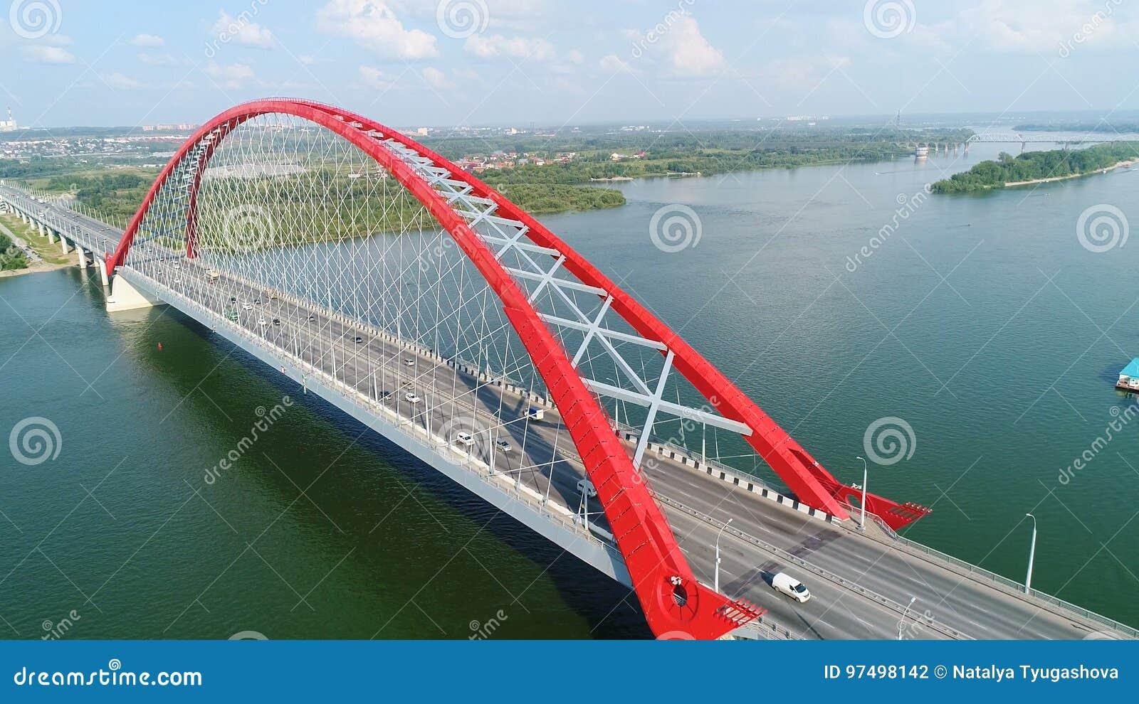 Surrflyg över floden Kabel-bliven bro Härligt landskap