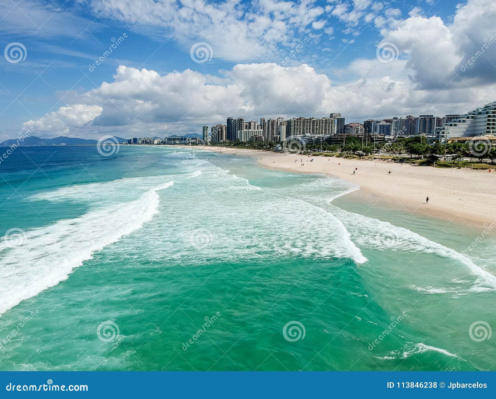 Surrfoto av den Barra da Tijuca stranden, Rio de Janeiro, Brasilien