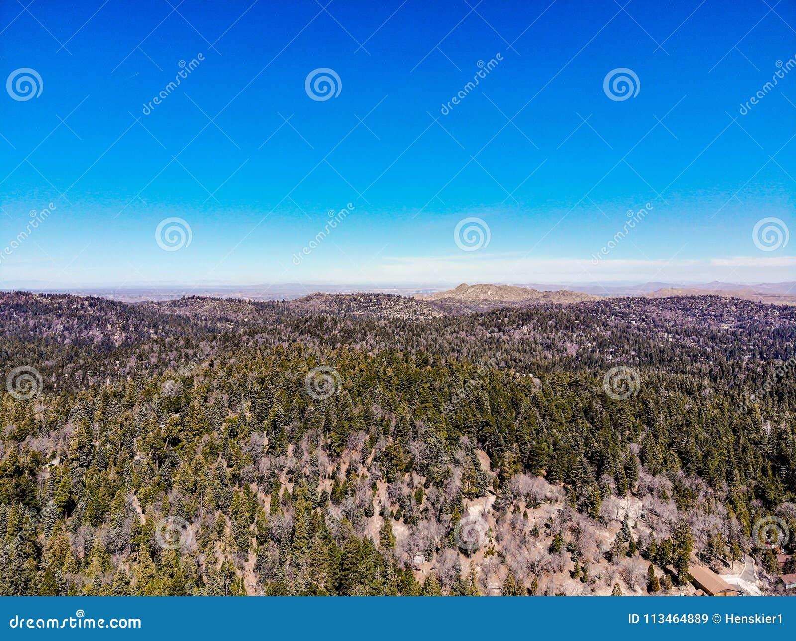 Surrsikt från ovanför kanten av världen som ser över den San Bernardino Mountains Towards The Mojave öknen