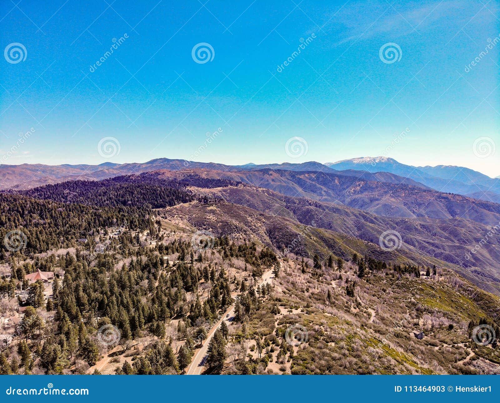 Surrsikt från ovanför kanten av världen som ser över Sanen Bernardino Mountains Towards Mounts San Gorgonio