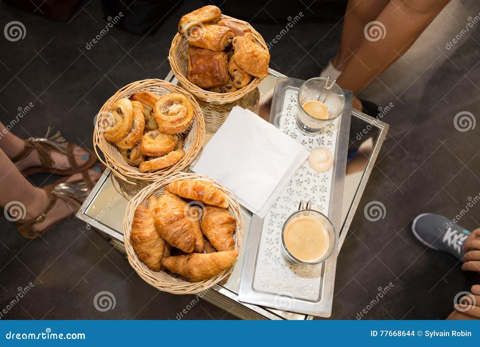Surtido de cruasanes de los pasteles franceses