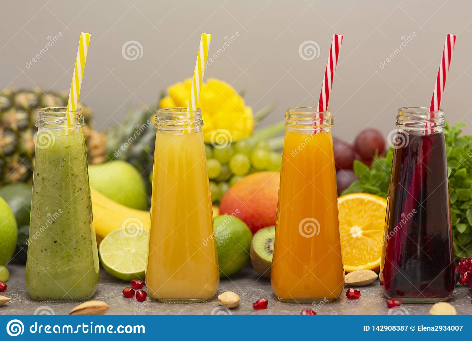 Surtido de smoothies de la fruta y verdura en las botellas de cristal Ingredientes orgánicos frescos del Smoothie Detox, dieta o