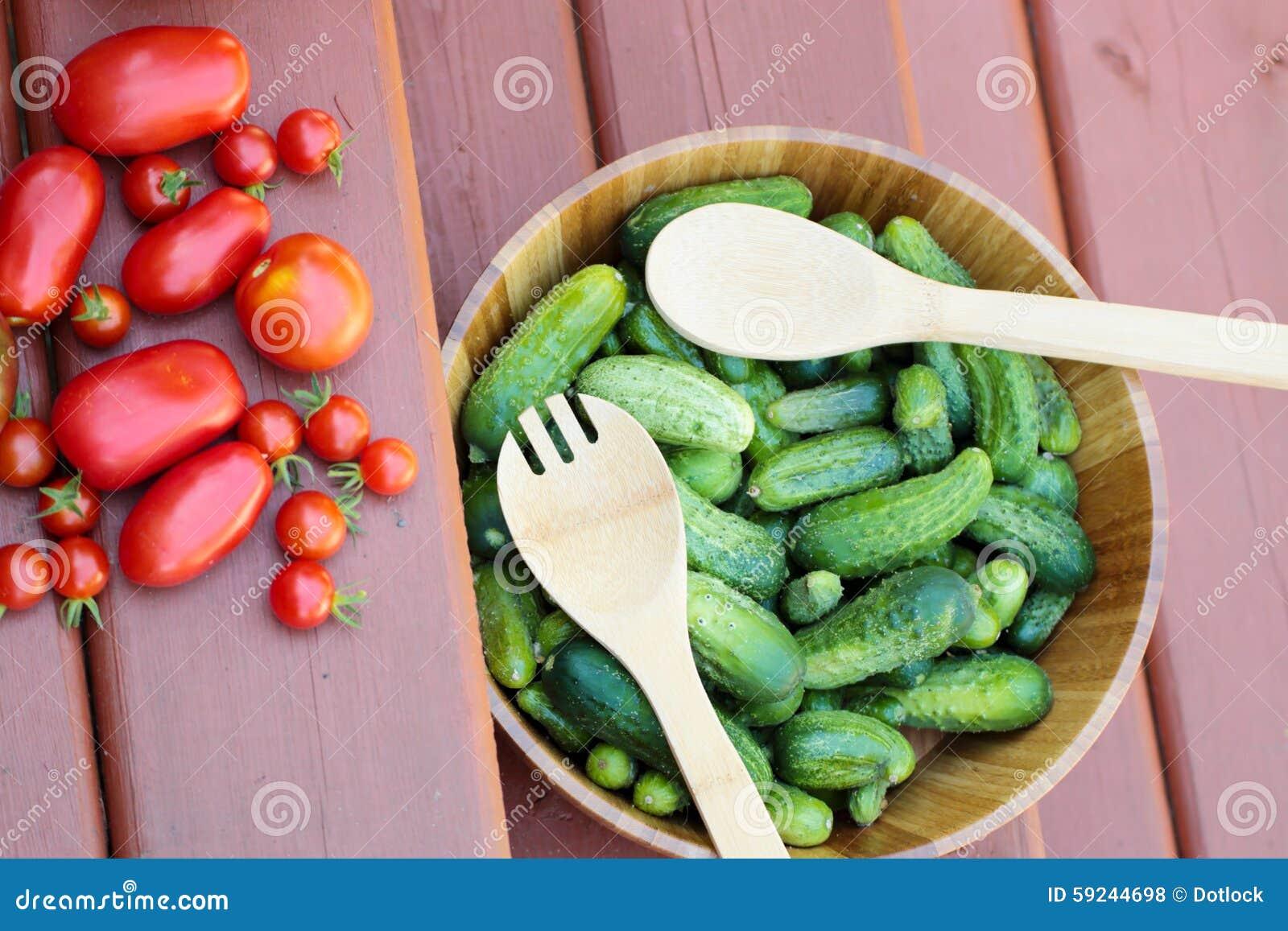 Surtido de tomates y de pepinos