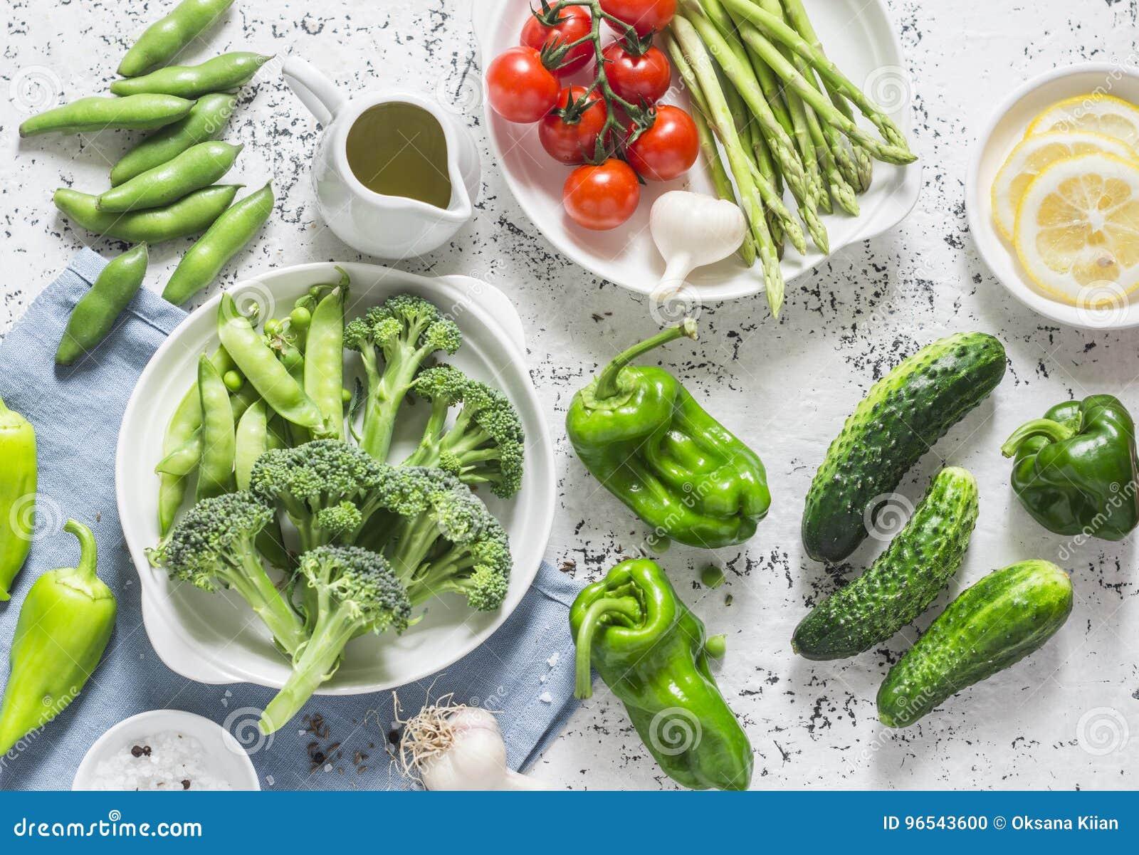 Surtido de verduras frescas del jardín - espárrago, bróculi, habas, pimientas, tomates, pepinos, ajo, guisantes verdes en vagos l