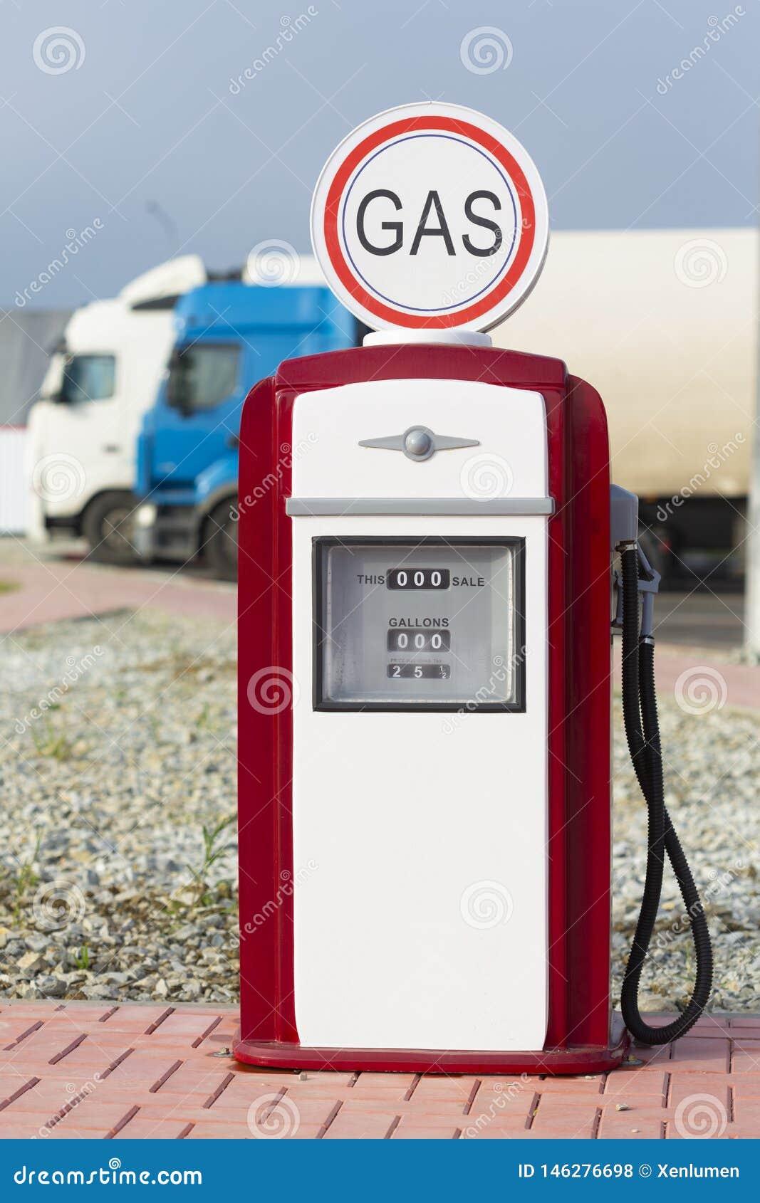 Surtidor de gasolina rojo y blanco de la gasolina del vintage