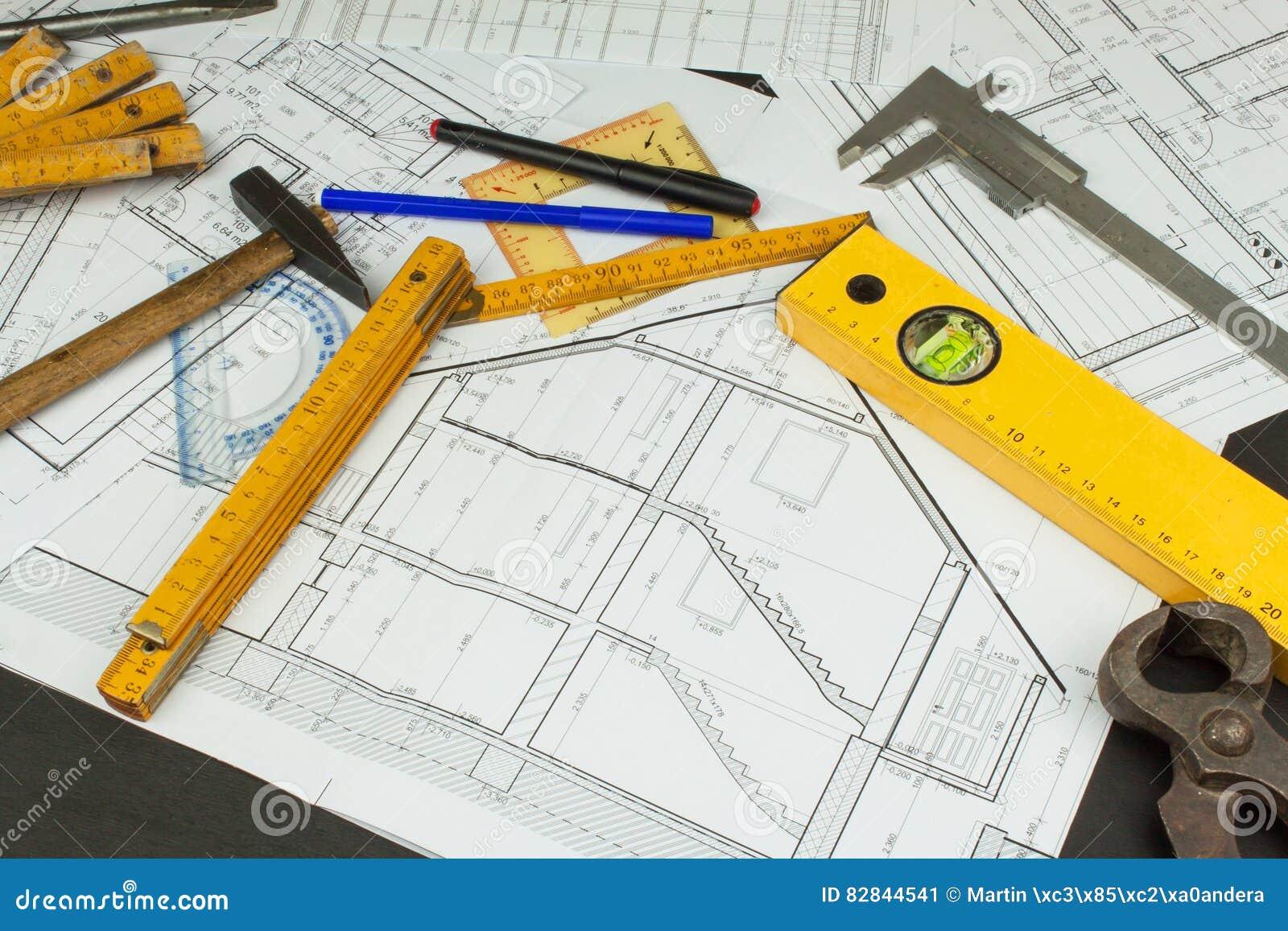 Surveillant de projet de bureau plans du b timent projet