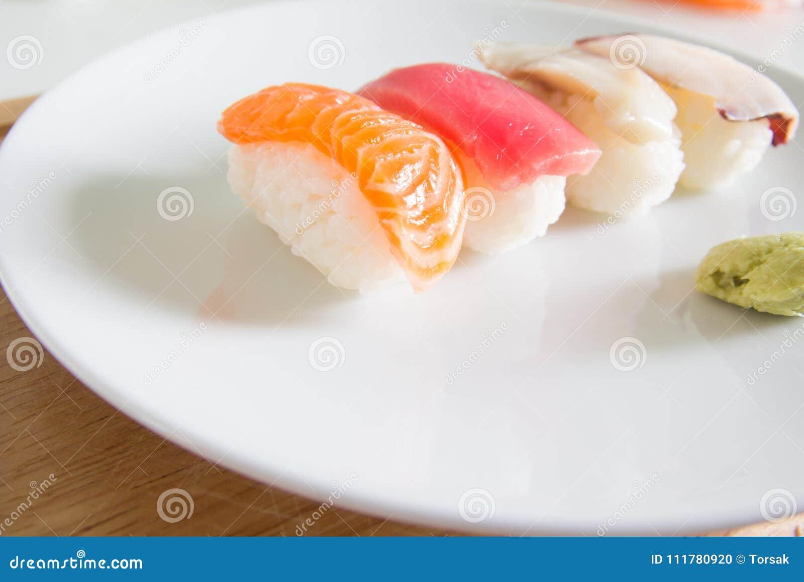 Sushi ajustado na placa branca Alimento de Janpan