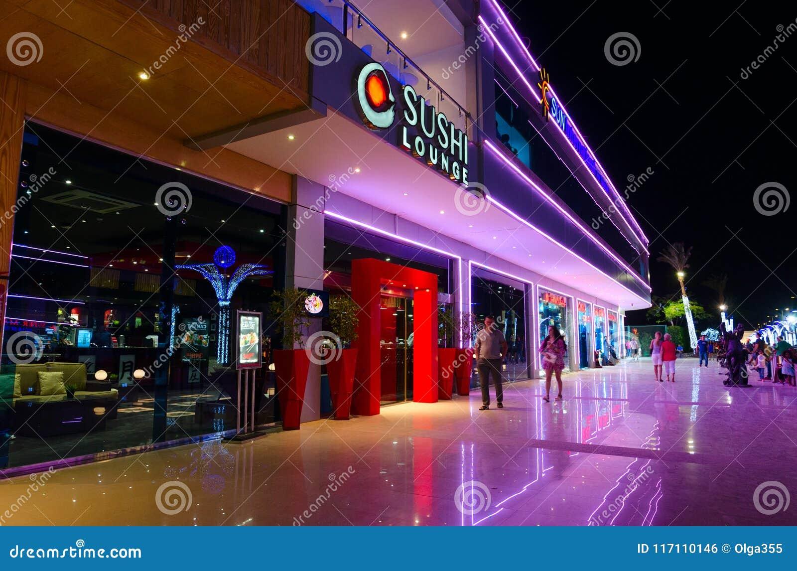 Sushi-Aufenthaltsraum im populären Einkaufs- und Unterhaltungsbezirk von Soho quadrieren am Abend, Sharm el Sheikh, Ägypten