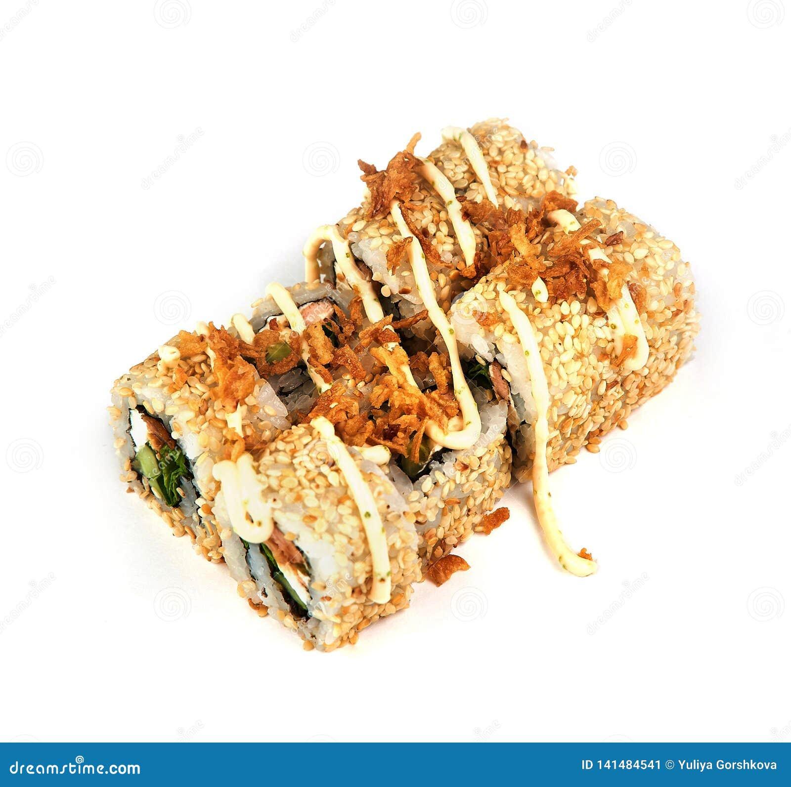 Sushi, broodje met sesamzaden en saus op witte achtergrond Japans voedsel