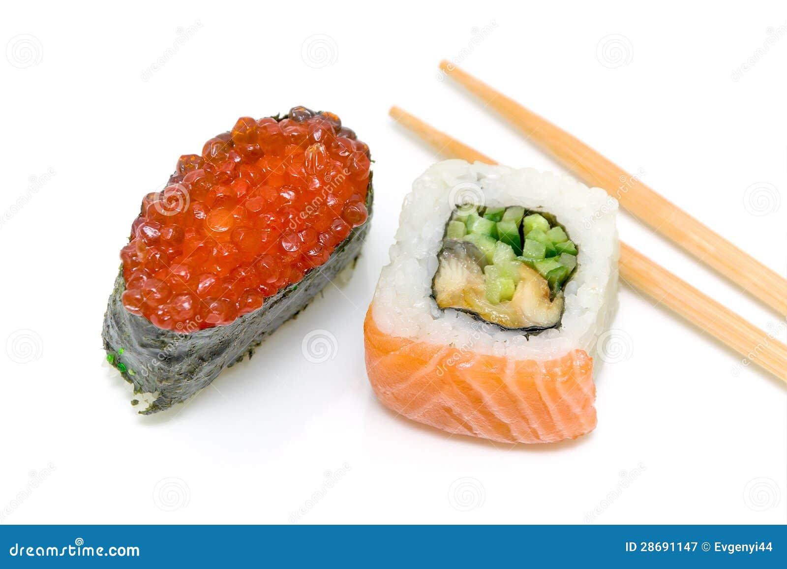 Sushi com caviar e rolo vermelhos