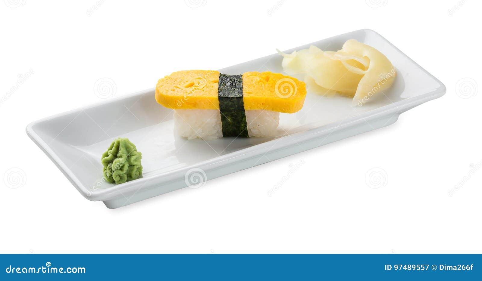 Sushi con l omelette giapponese Isolato su bianco