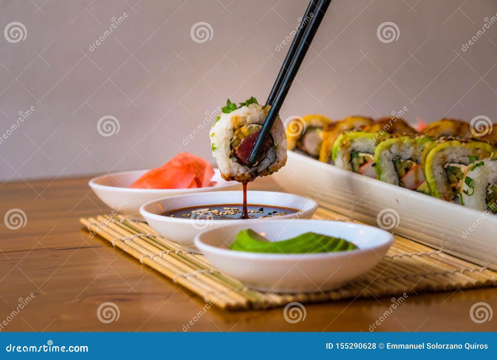 Sushi délicieux, avec l avocat et les plats blancs