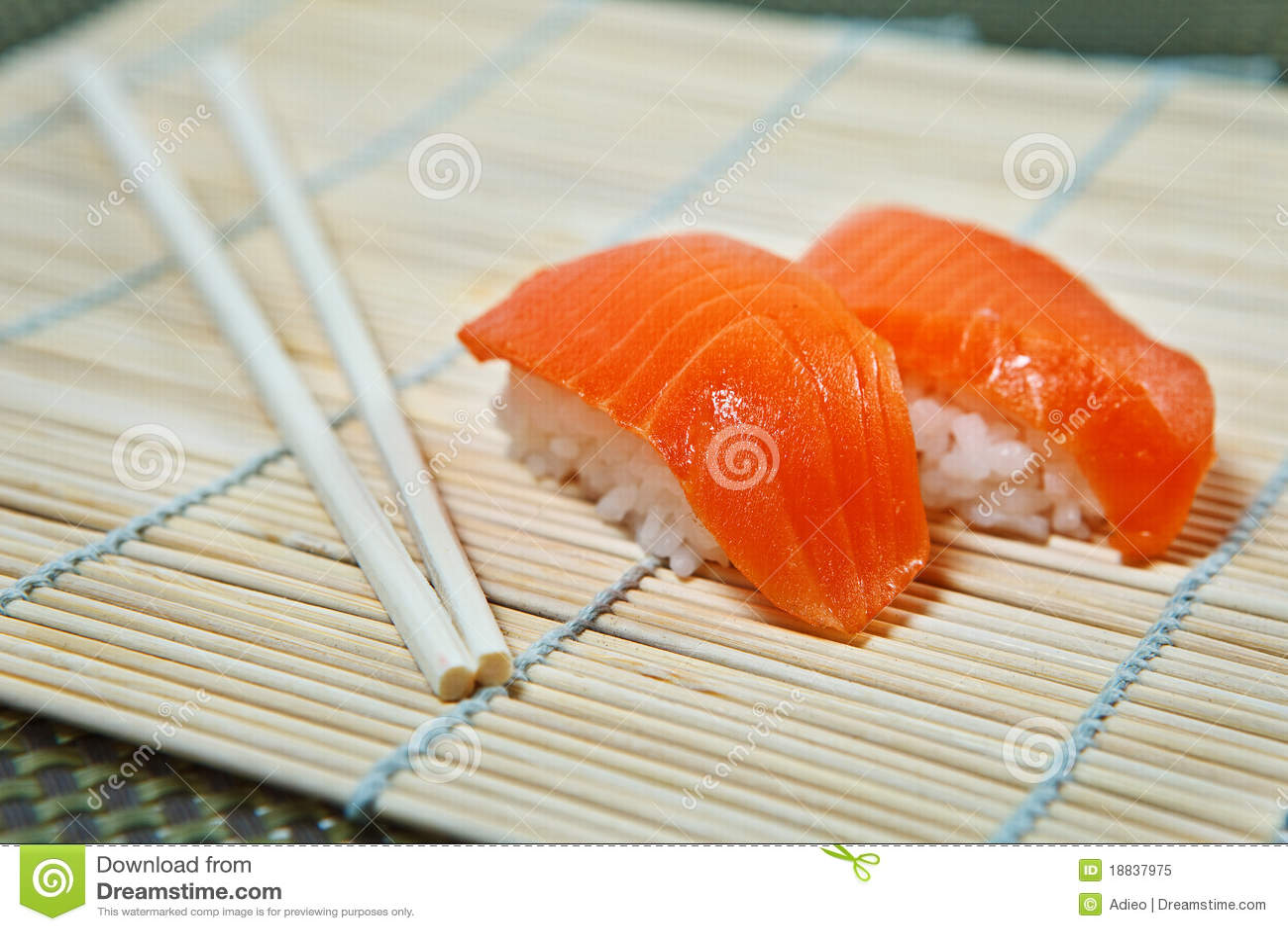 Sushi de color salmón