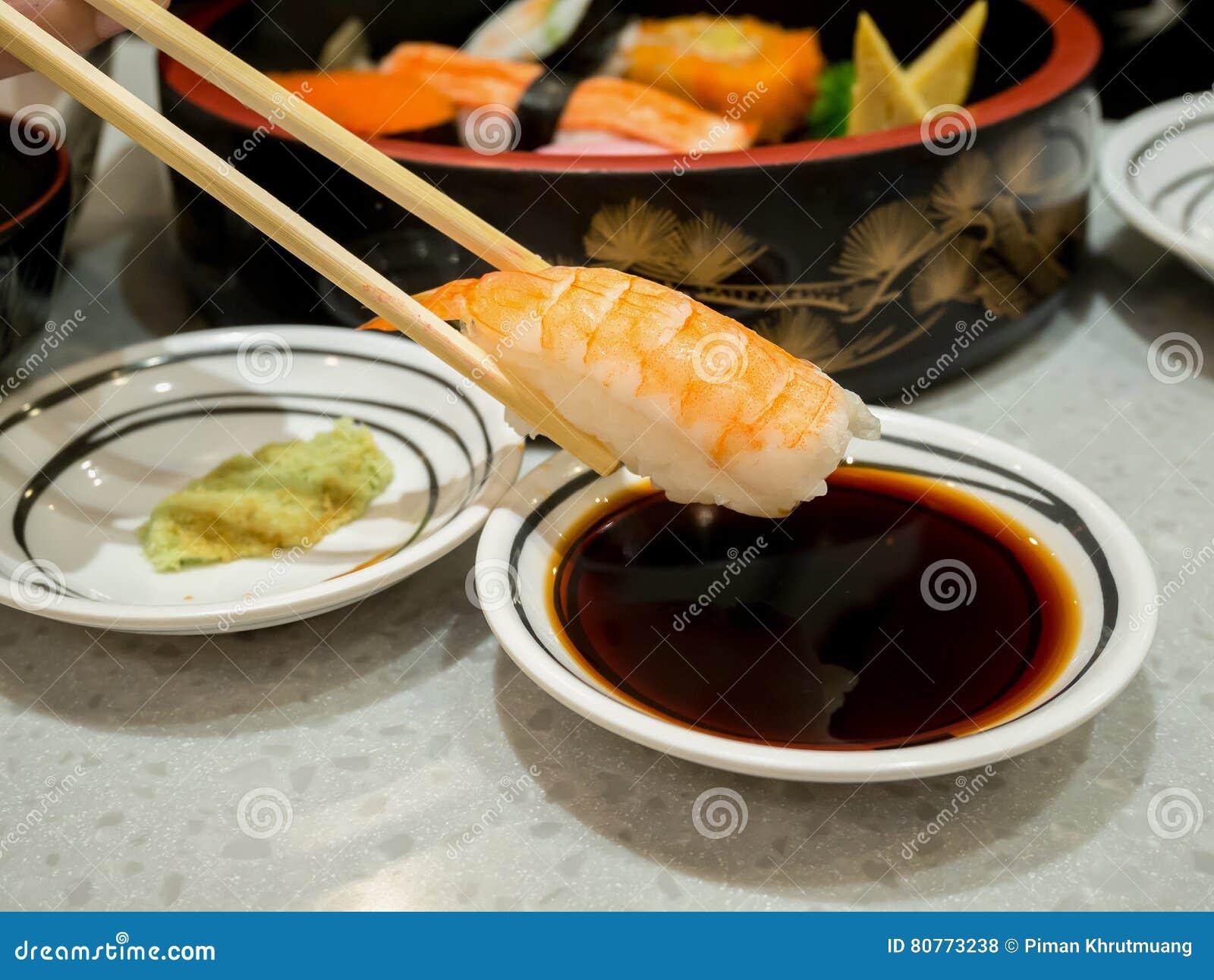 Sushi de crevette rose en baguettes