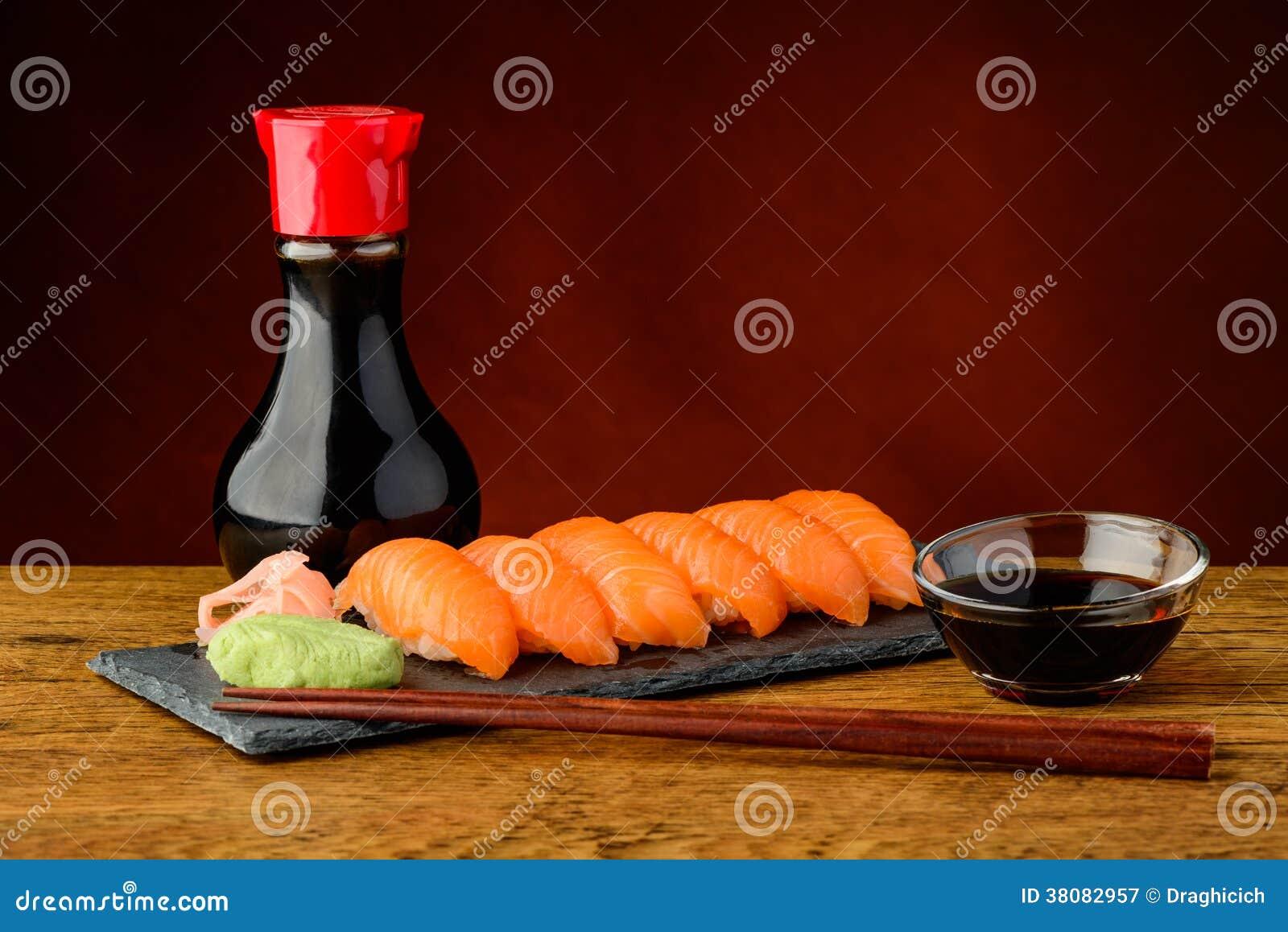 Sushi de Nigiri avec les saumons, la sauce de soja et les baguettes