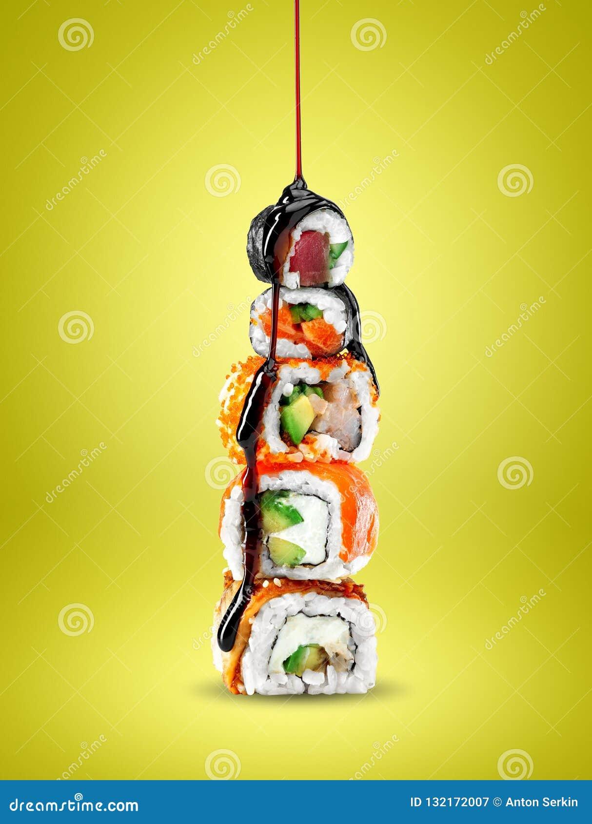 Sushi deliziosi con la salsa di teriyaki