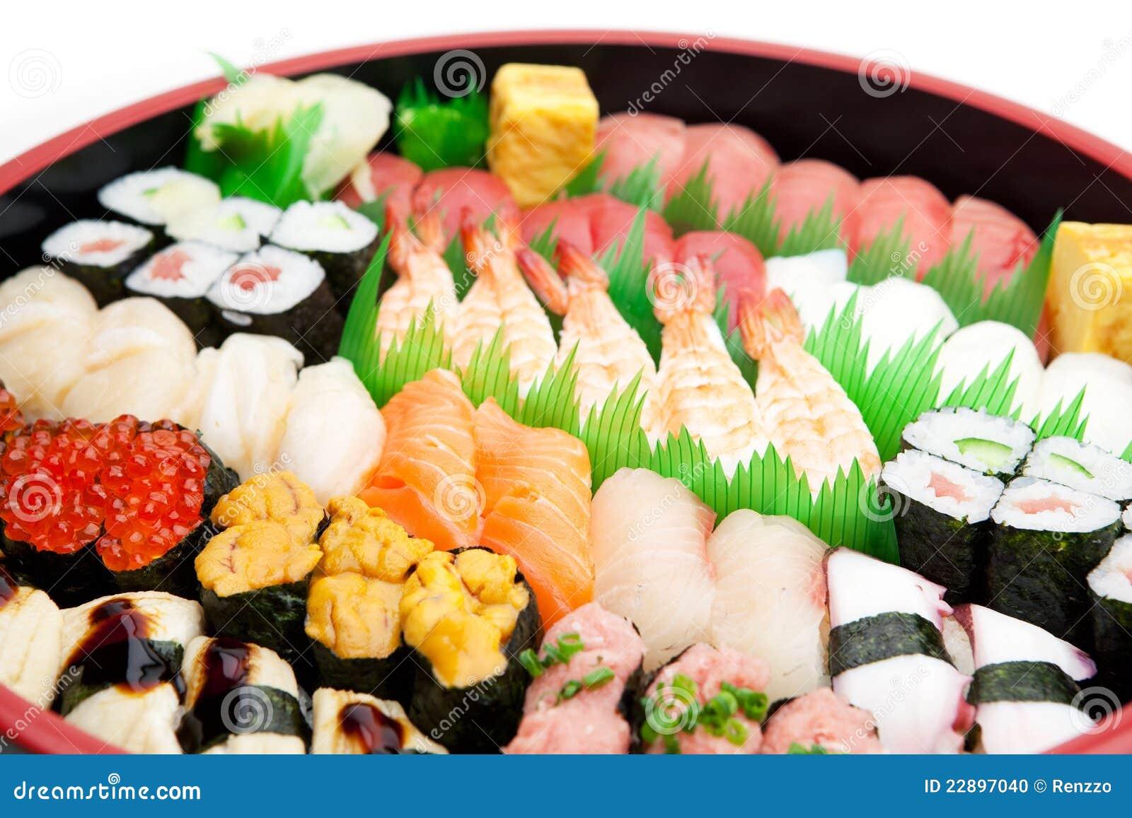 Sushi dispuesto en una bandeja tradicional del sushi