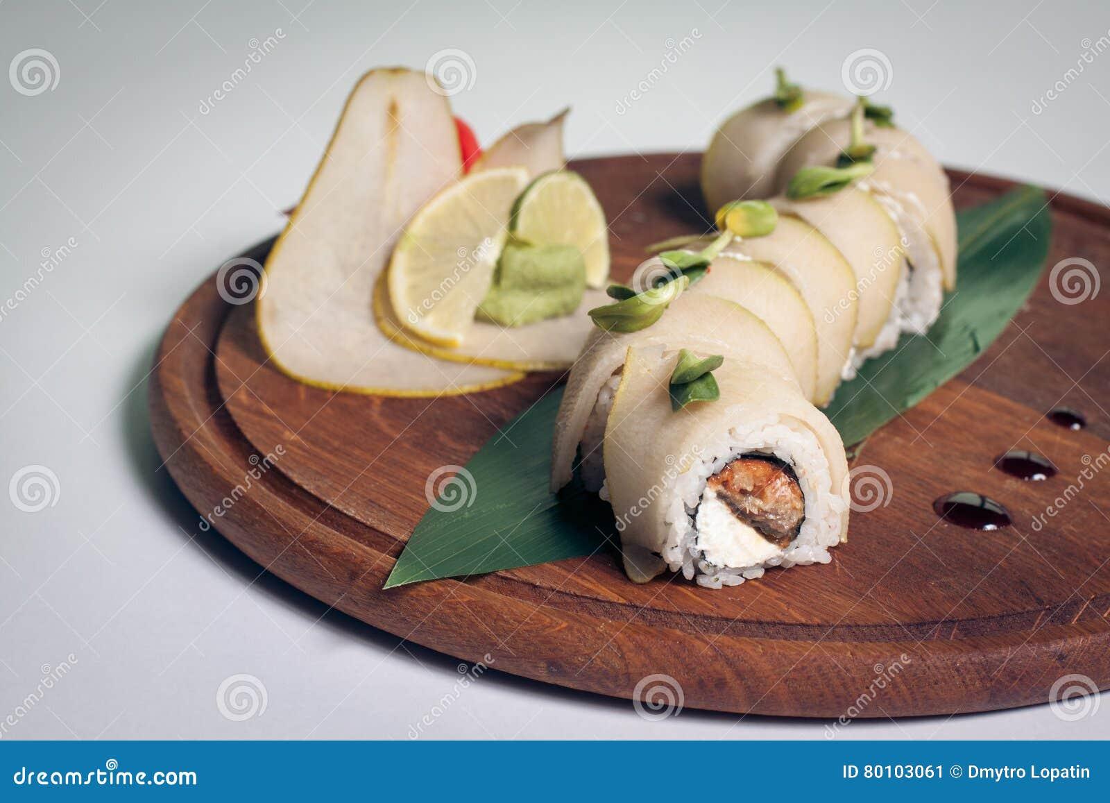 Sushi do dragão com pera;