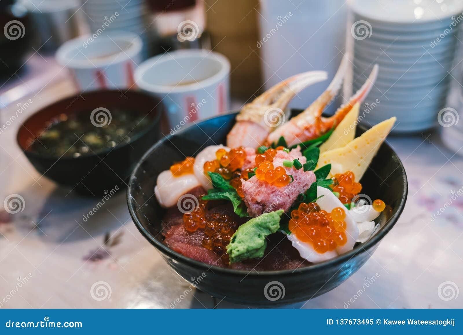 Sushi Don de Chirashi ou donburi de sashimi, bol de riz japonais de nourriture complété avec les fruits de mer crus mélangés