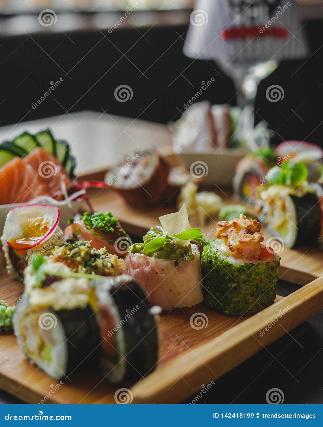 Sushi e alimento japonês na tabela