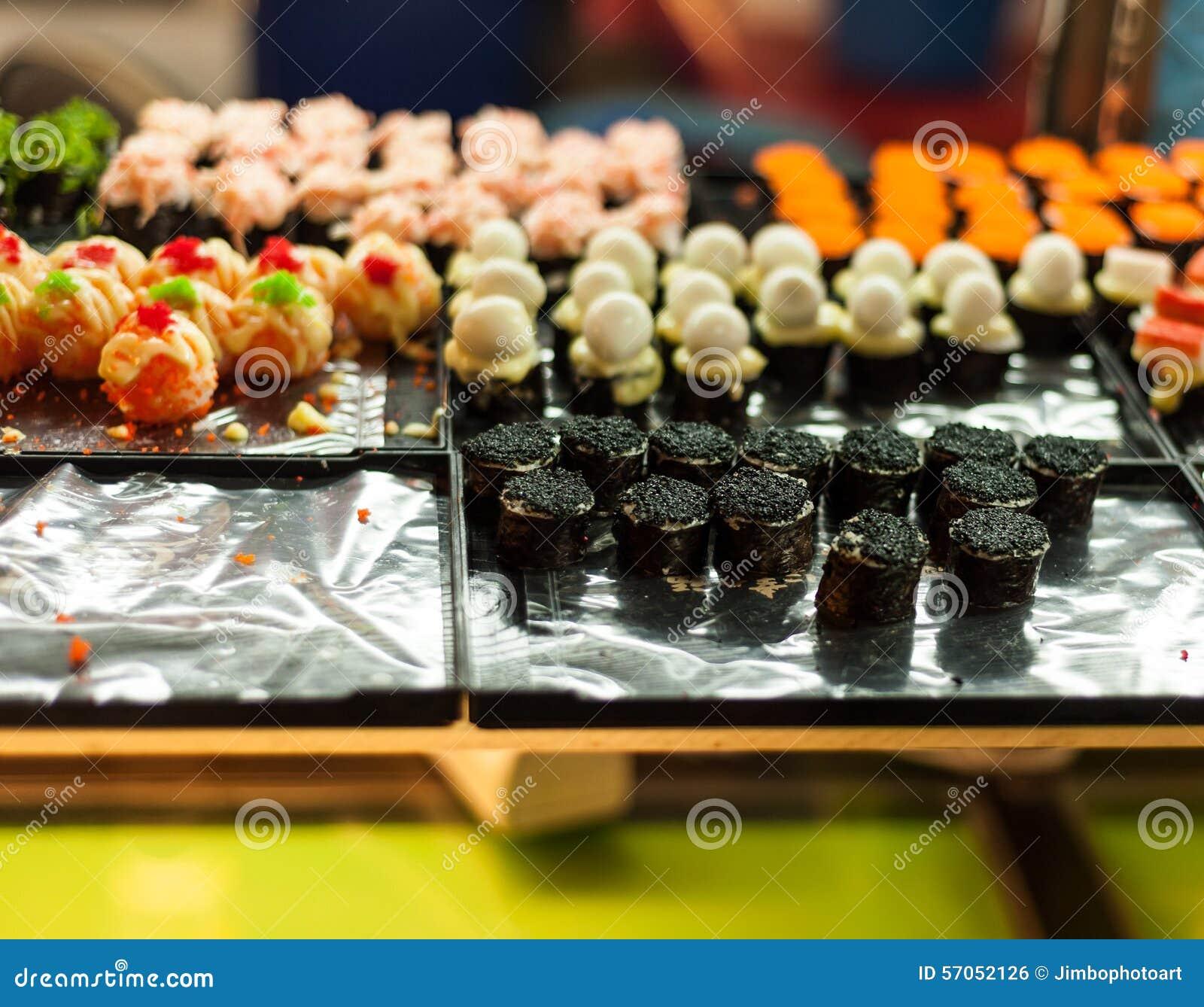 Sushi in een keukenraad die worden geplaatst