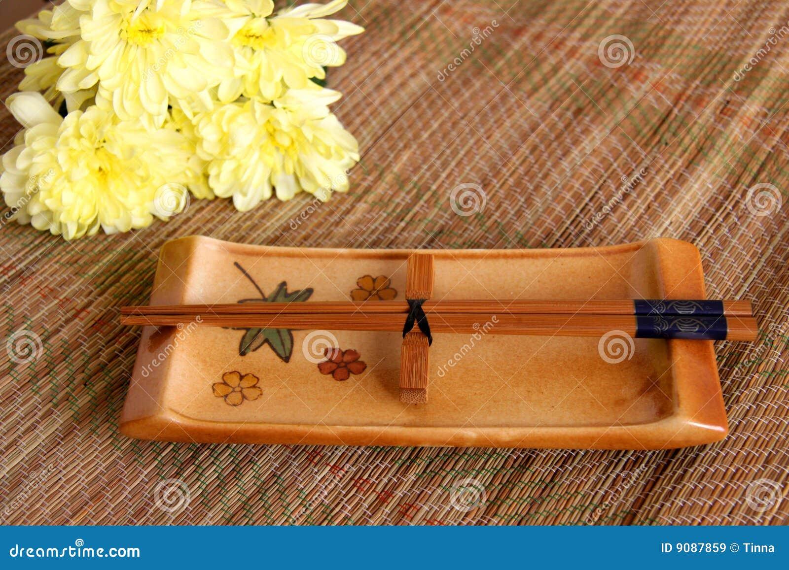 Sushi eingestellt auf Bambusmatte