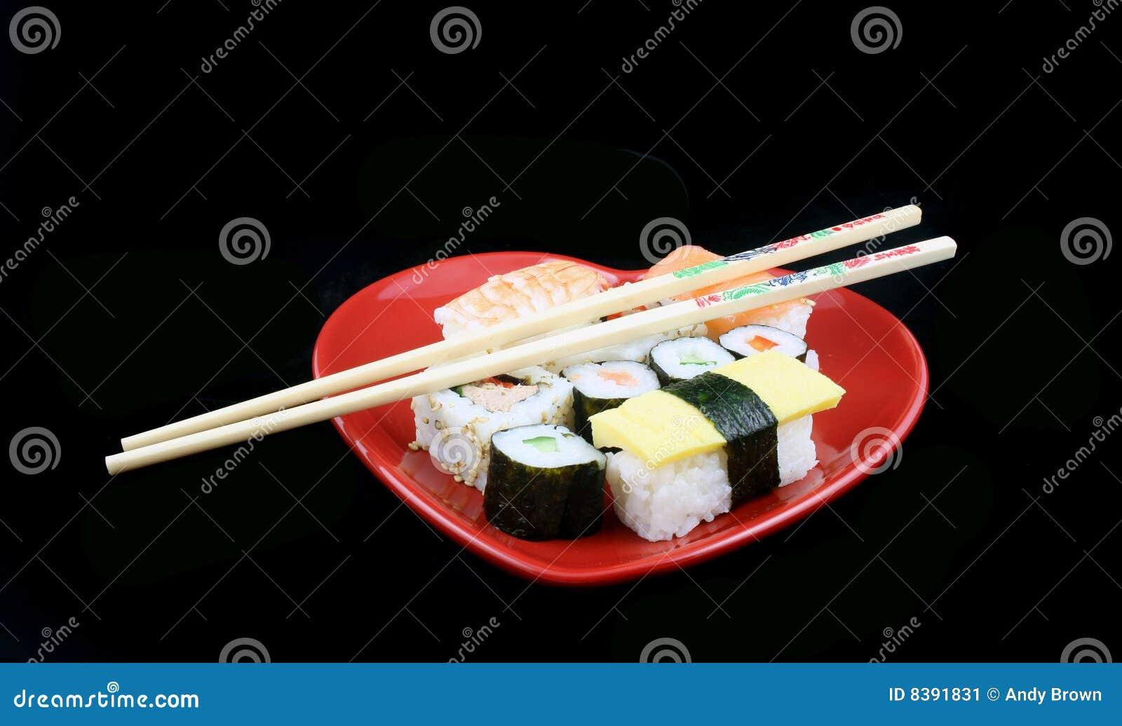 Sushi en un fondo negro con los palillos