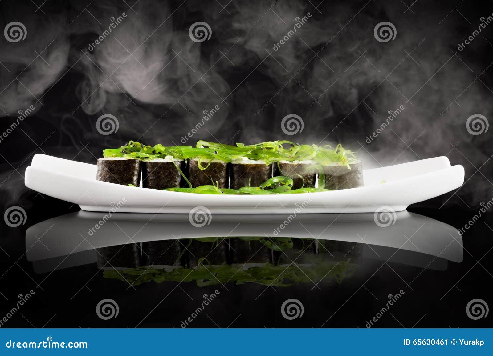 Sushi et salade verte d algue du plat blanc