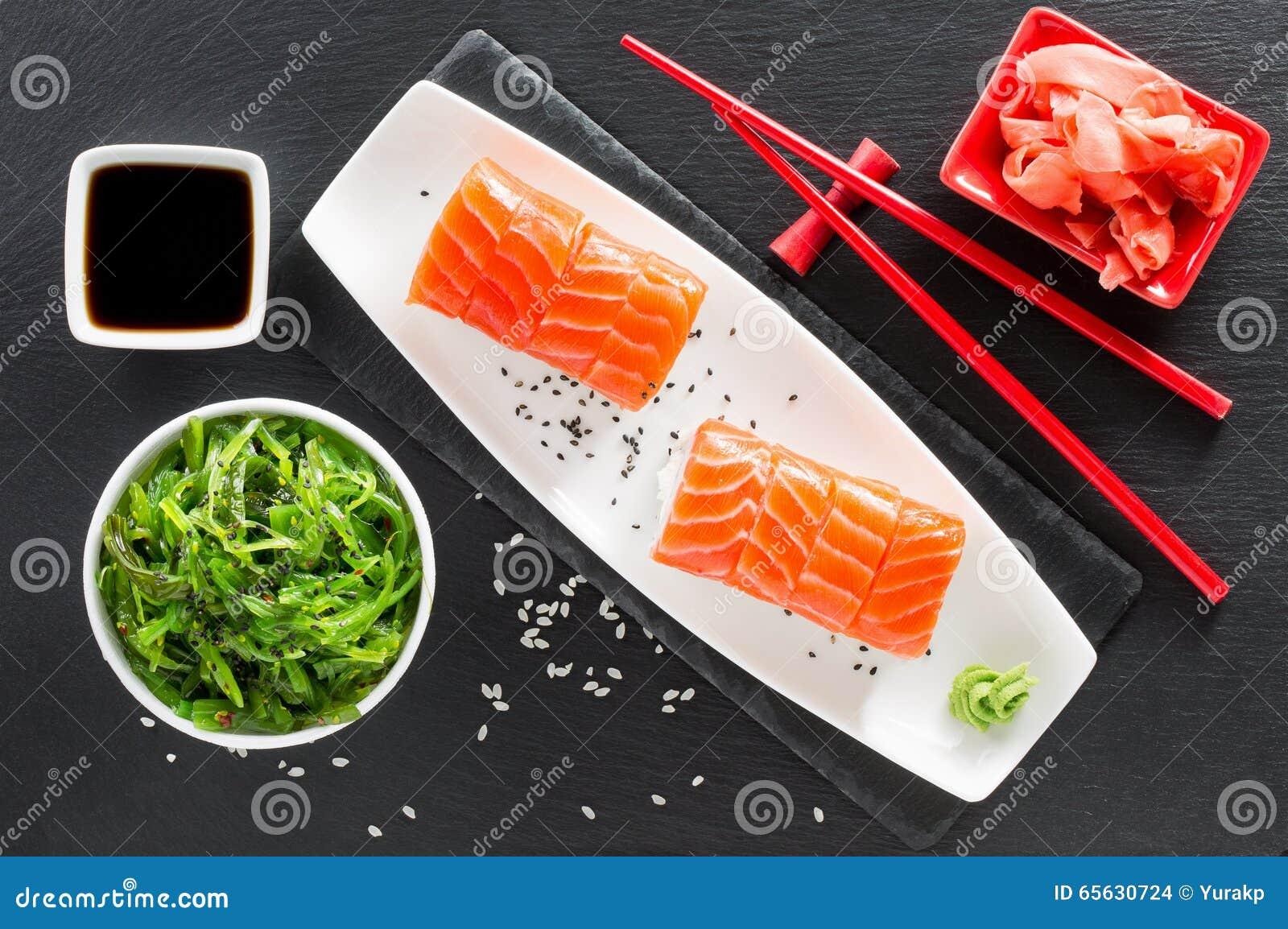 Sushi et salade verte d algue sur une table d ardoise