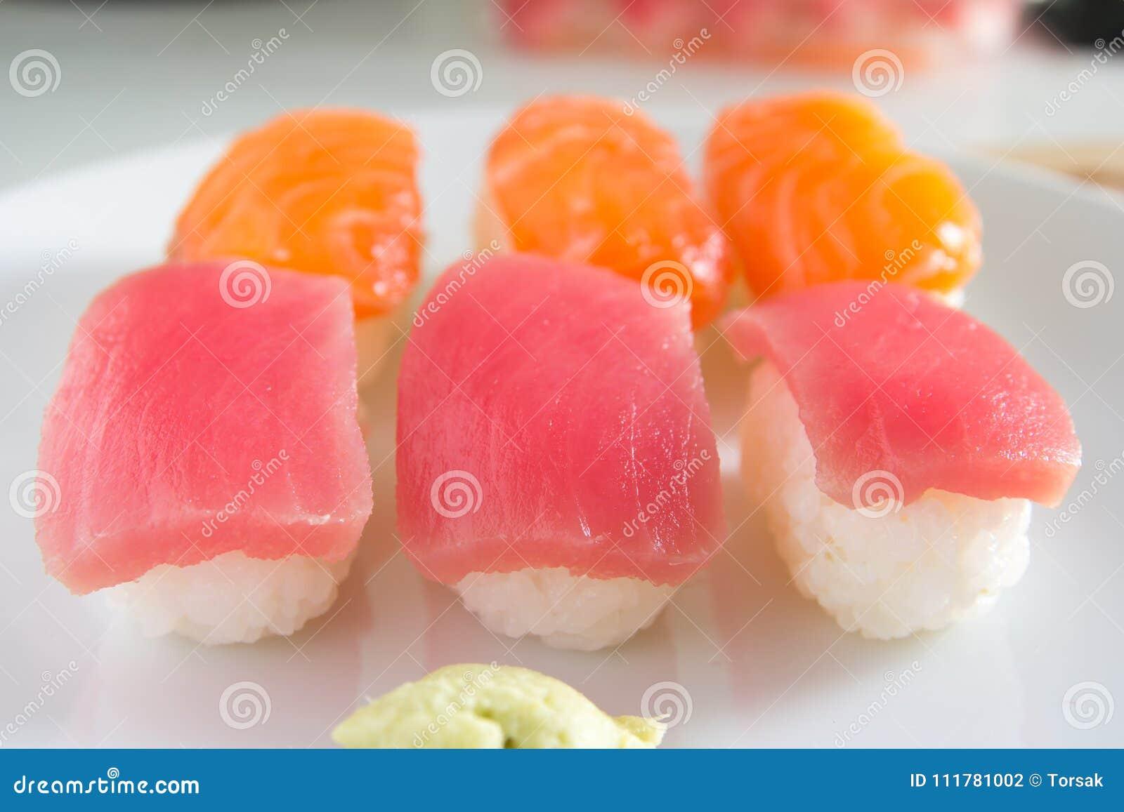 Sushi fijado en la placa blanca Comida de Janpan
