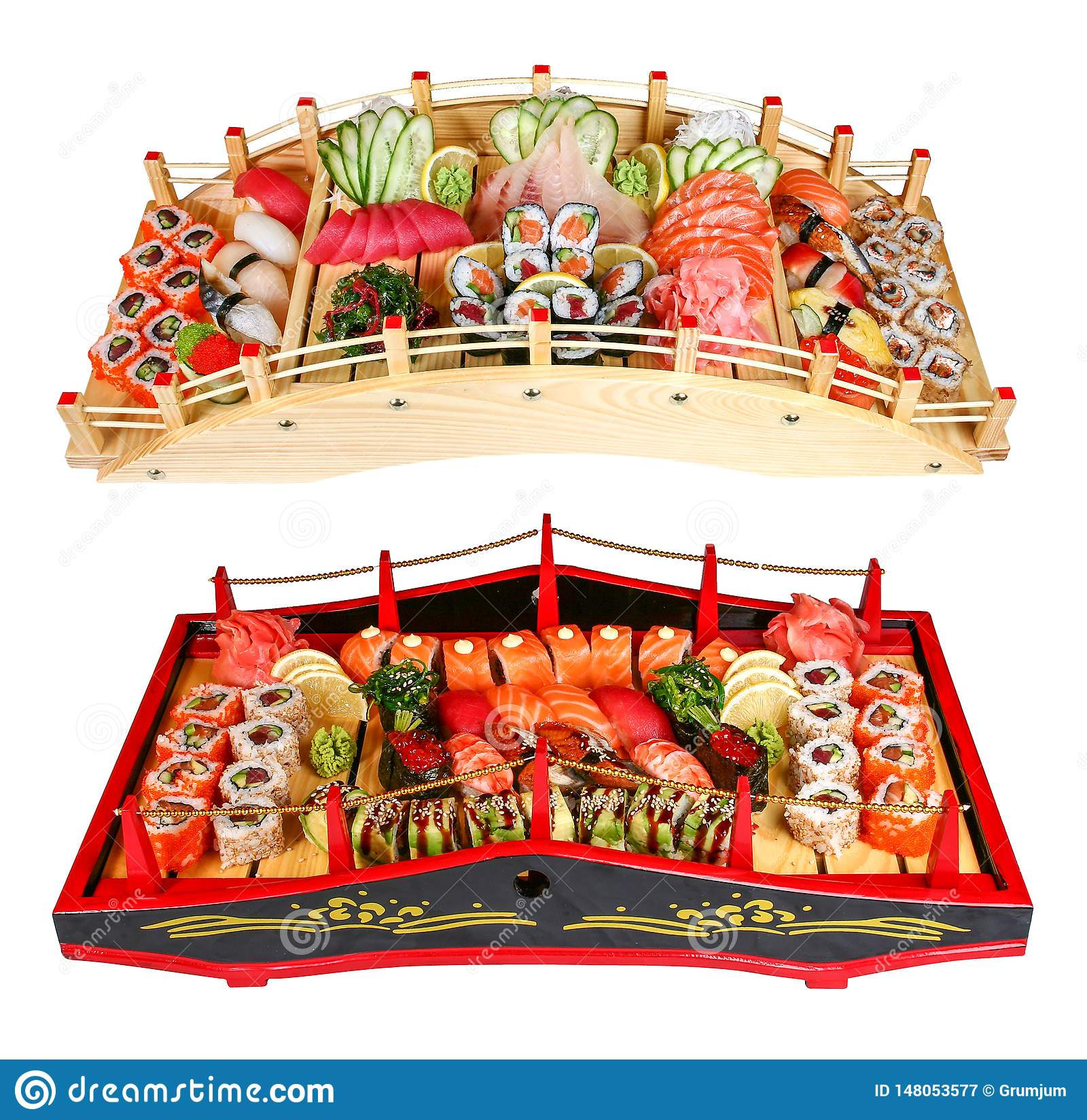 Sushi fijado en los puentes de madera en un fondo blanco