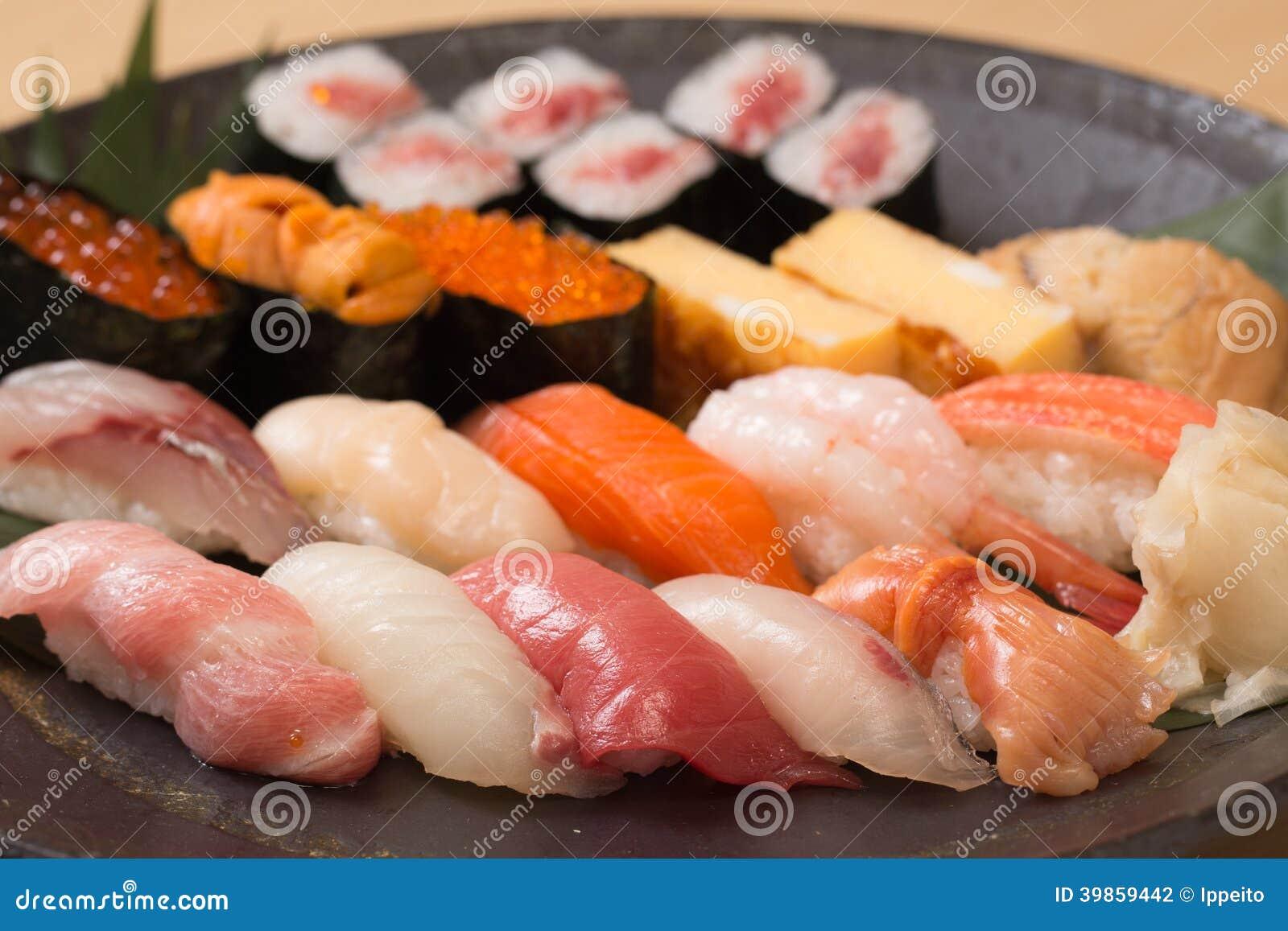 Sushi japonais authentiques avec le poisson cru frais for Poisson japonais nourriture