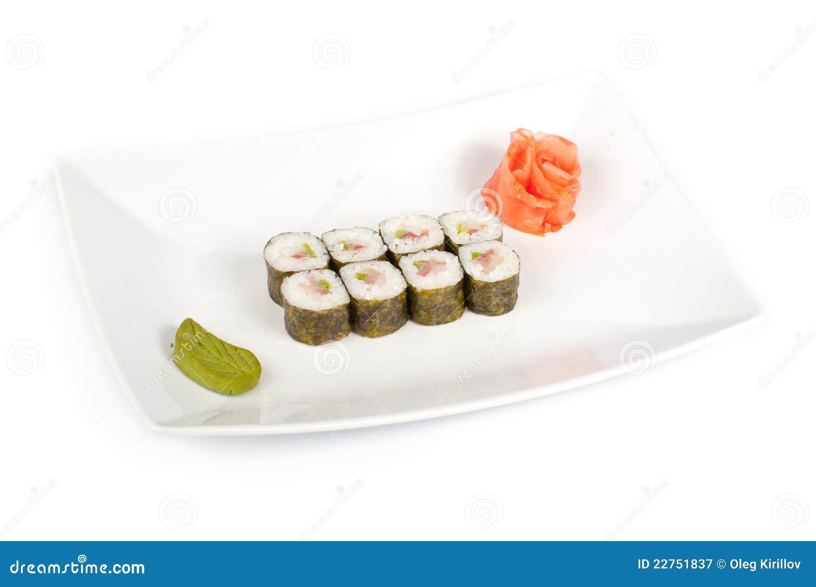 Sushi mit einem Seebarsch auf einer Platte
