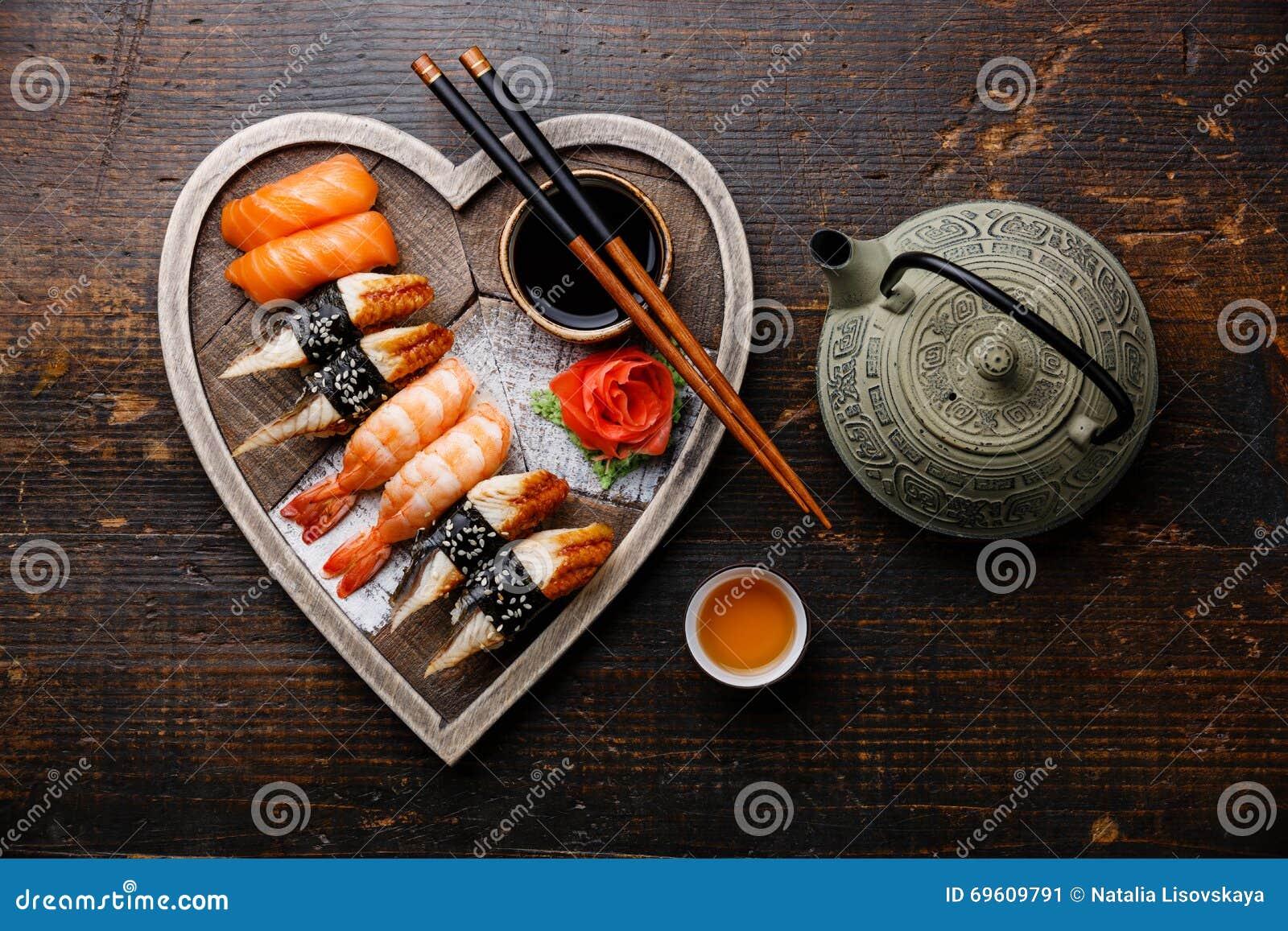 Sushi och te tjänade som på hjärtaformträmagasinet