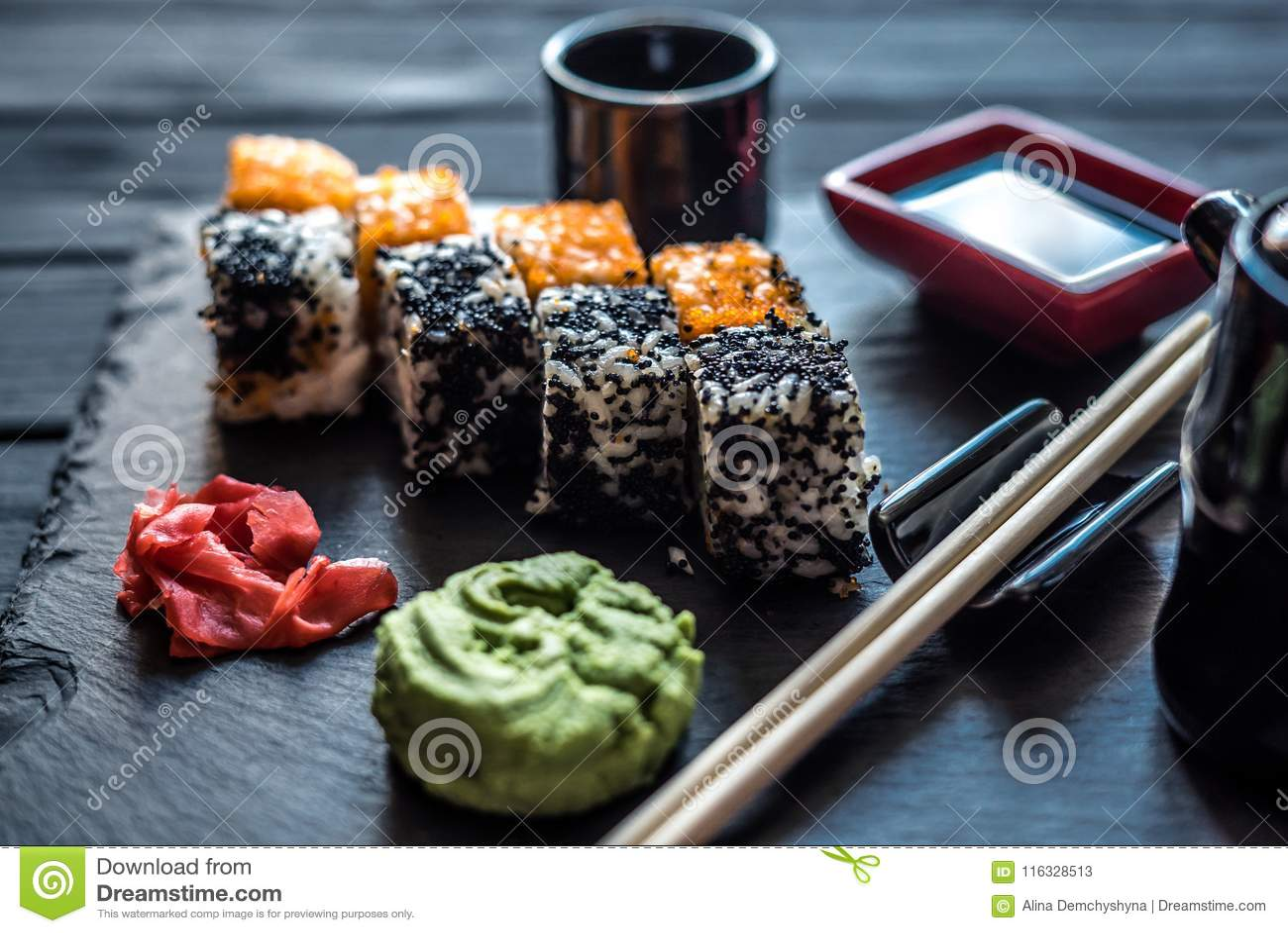 Sushi op een zwarte houten achtergrond