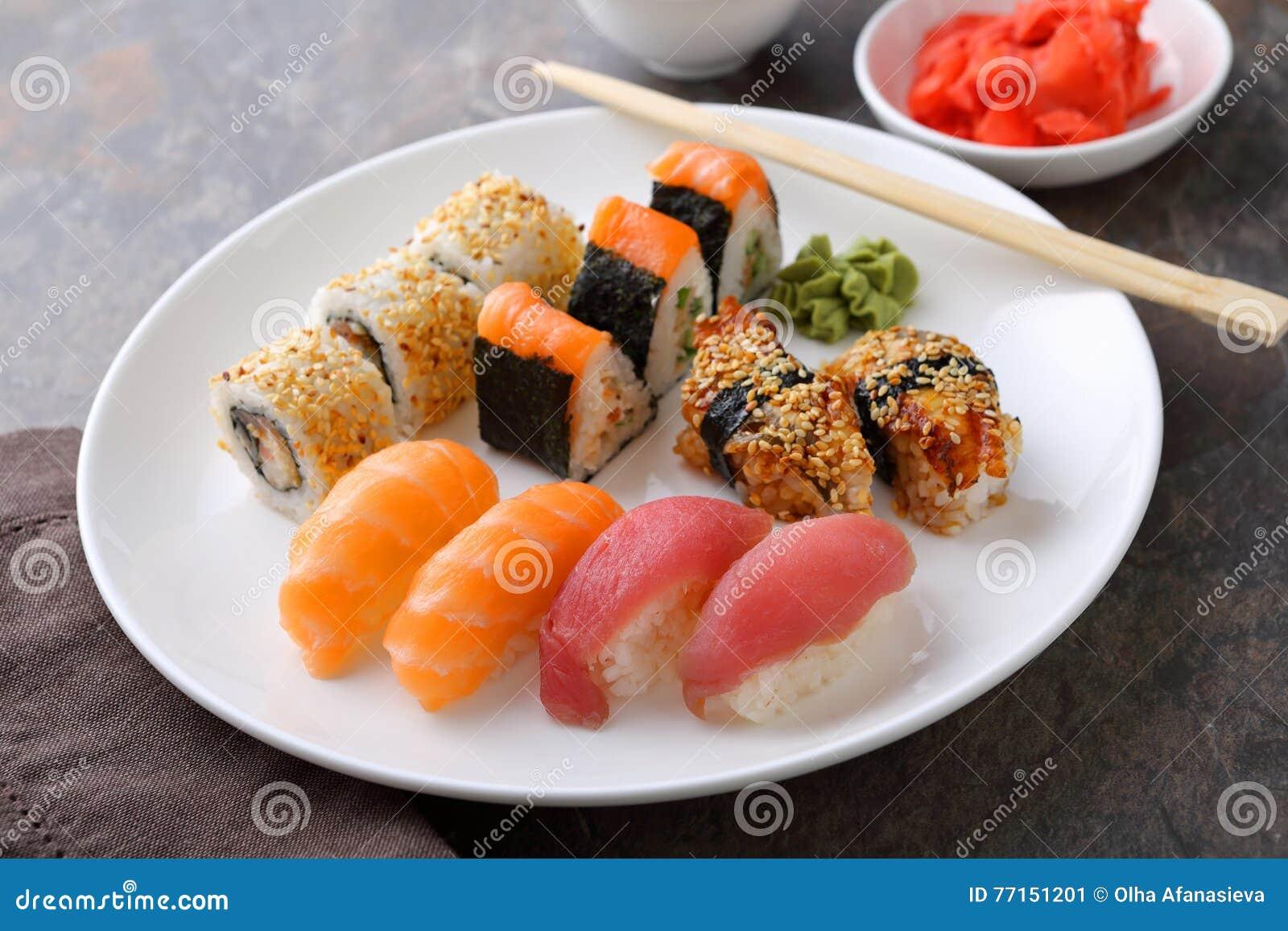 Sushi réglés du plat
