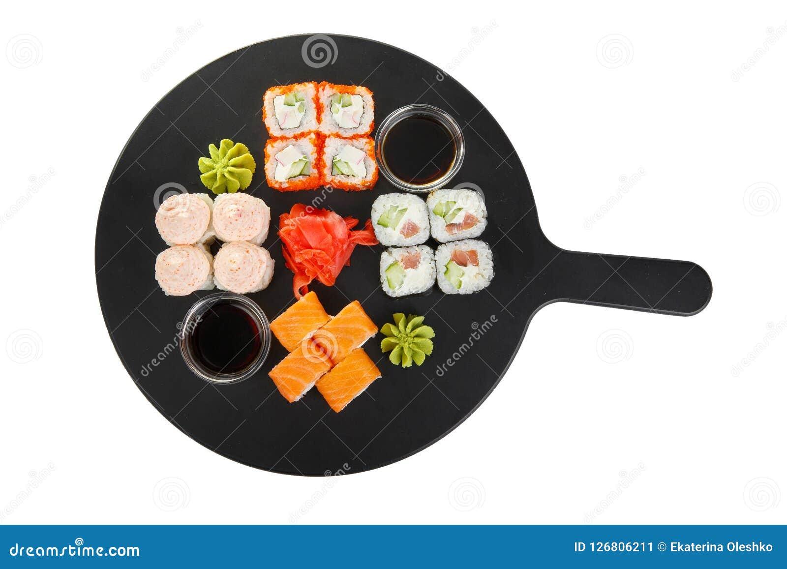 Sushi rullar på en vit isolerade bakgrund