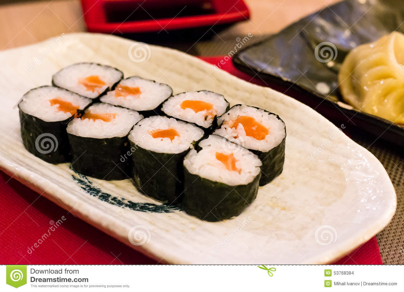 Sushi, salmone e riso bianco avvolti in alga