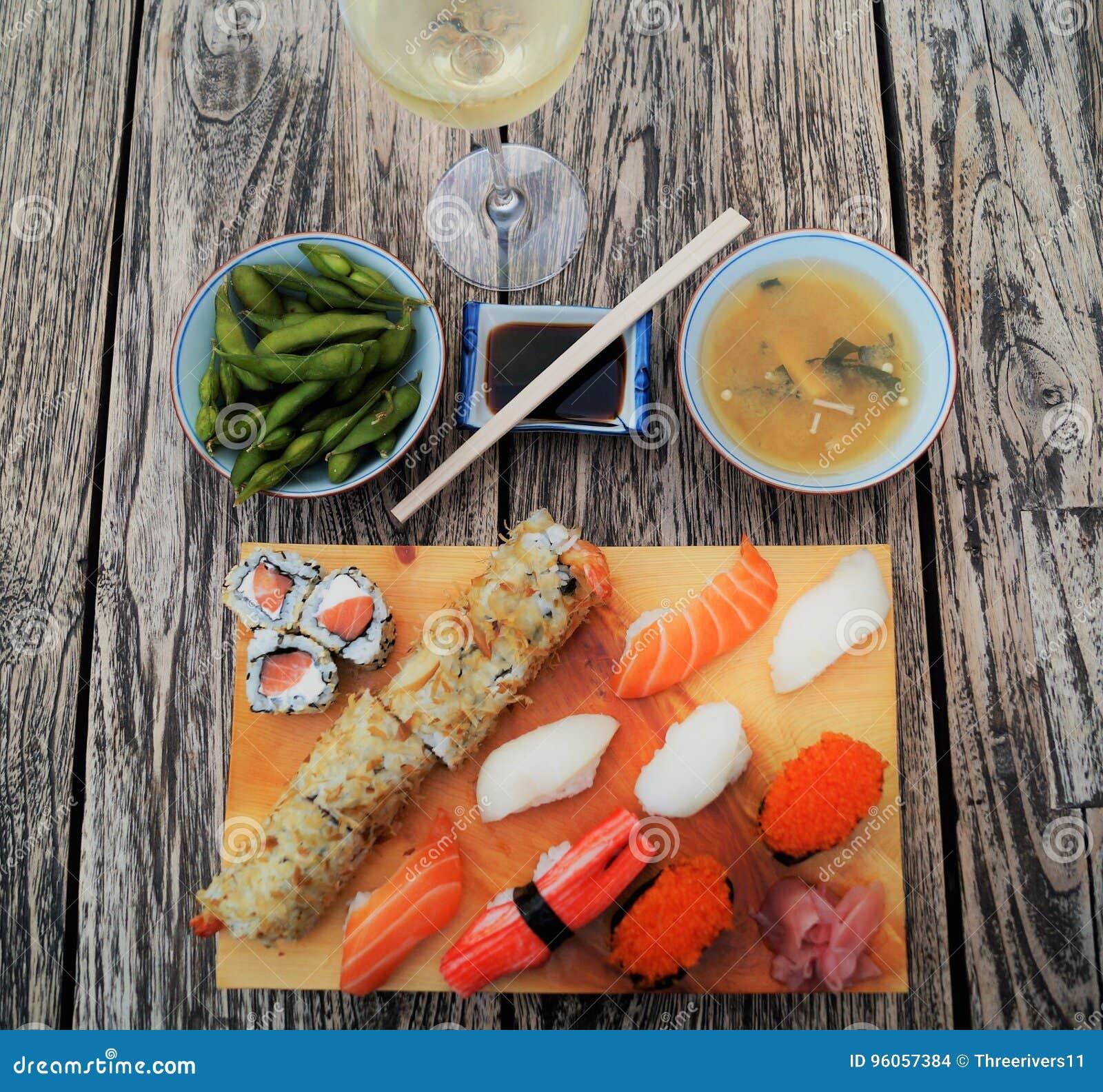 Sushi sur la table en bois